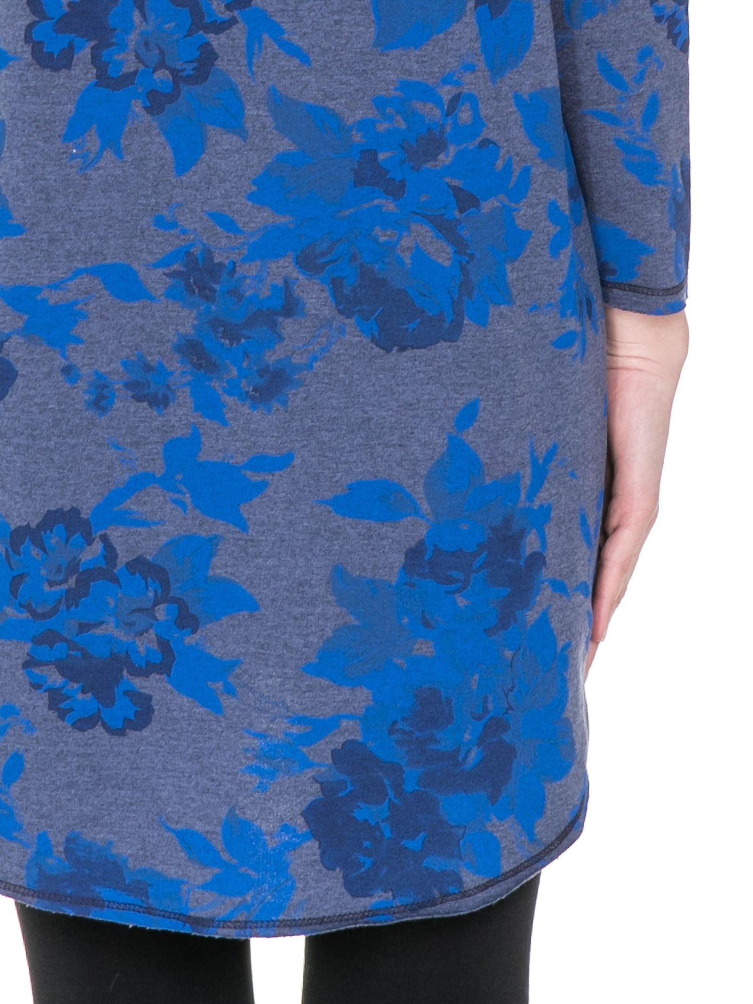 Szara dresowa sukienka z nadrukiem kwiatowym w kolorze niebieskim                                  zdj.                                  7