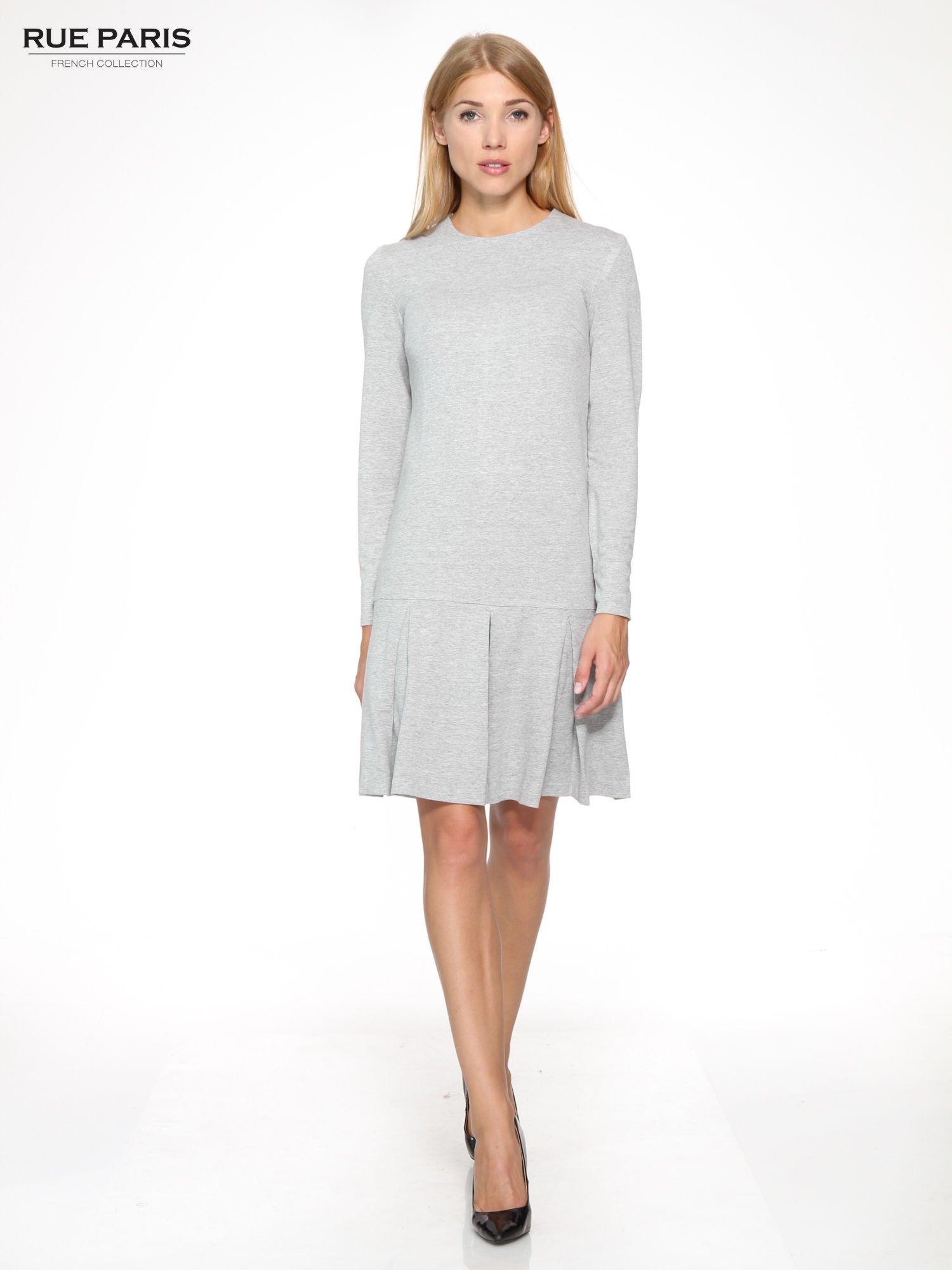 Szara dresowa sukienka z obniżoną talią i kontrafałdami                                  zdj.                                  2