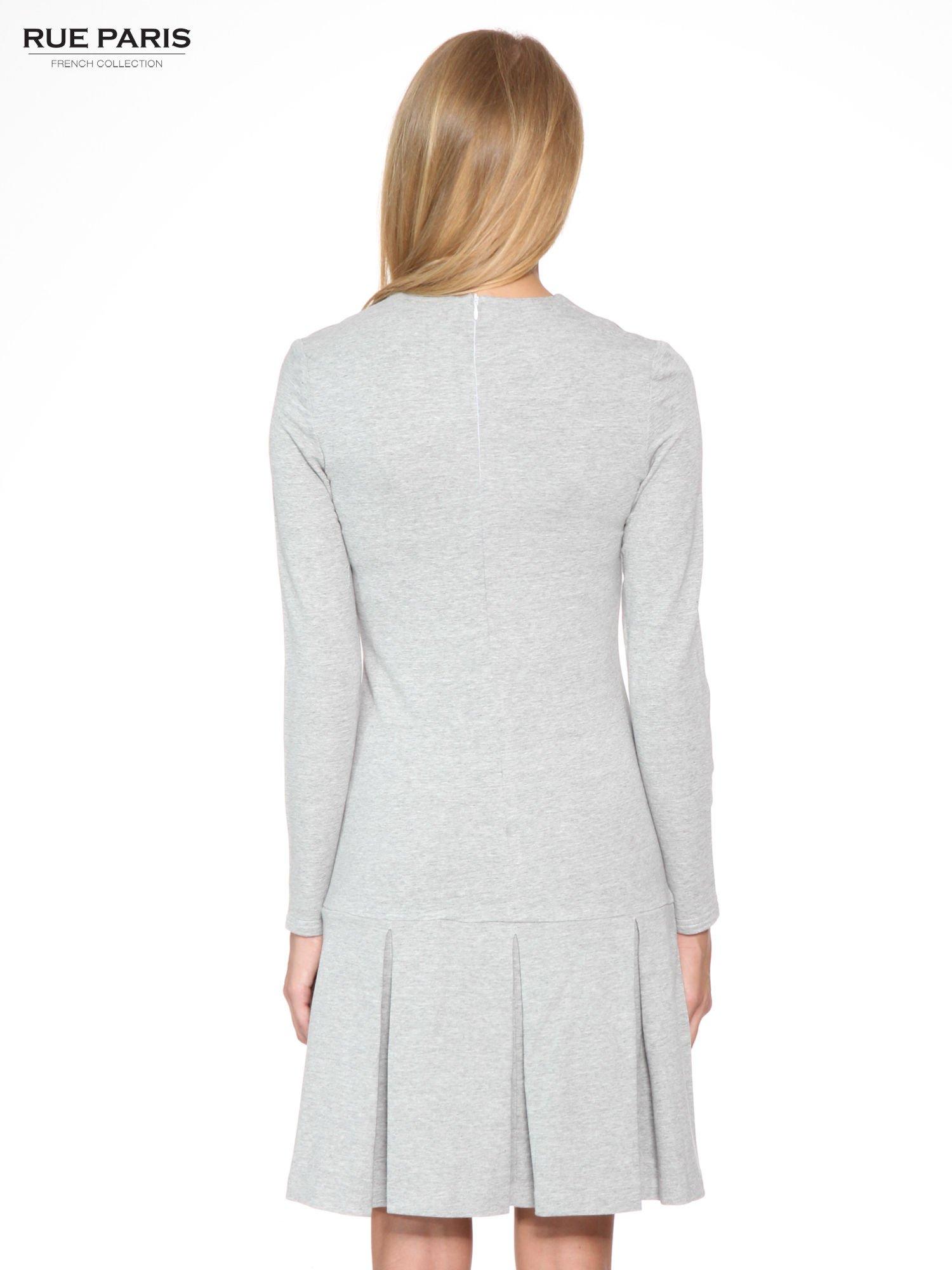 Szara dresowa sukienka z obniżoną talią i kontrafałdami                                  zdj.                                  4