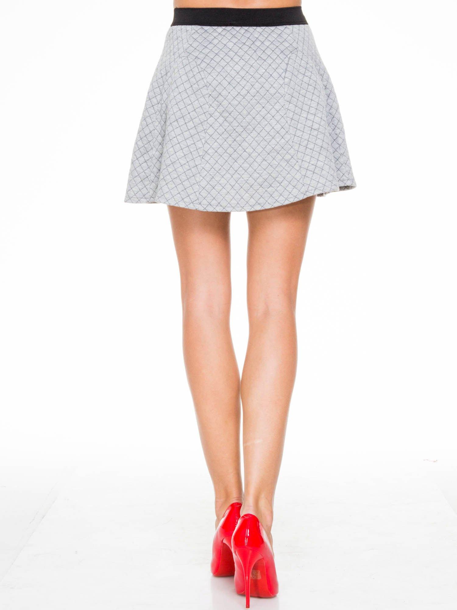 Szara rozkloszowana mini spódniczka w kratkę                                  zdj.                                  4