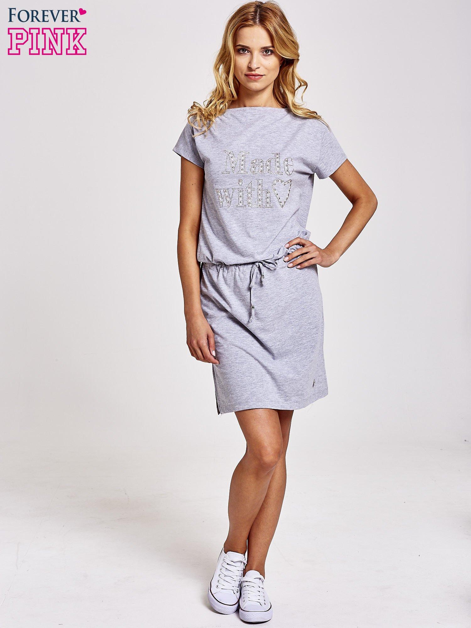d71b0c9748 1  Szara sukienka dresowa wiązana w pasie z aplikacją z dżetów ...