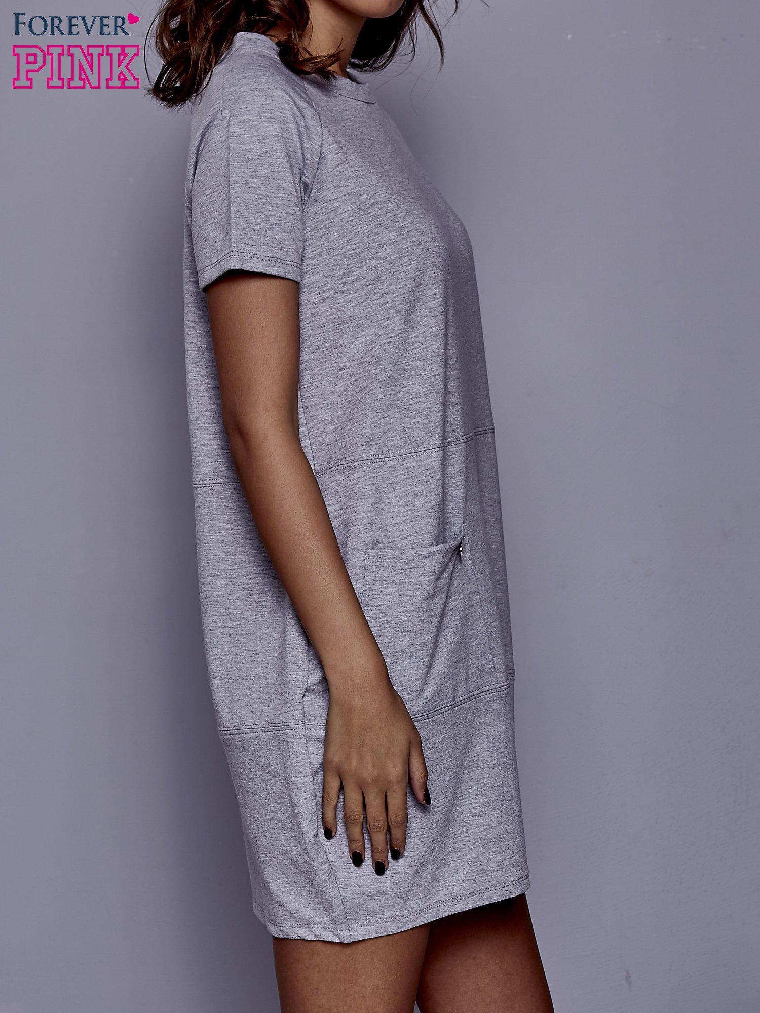 Szara sukienka dresowa z kieszenią z boku                                  zdj.                                  3