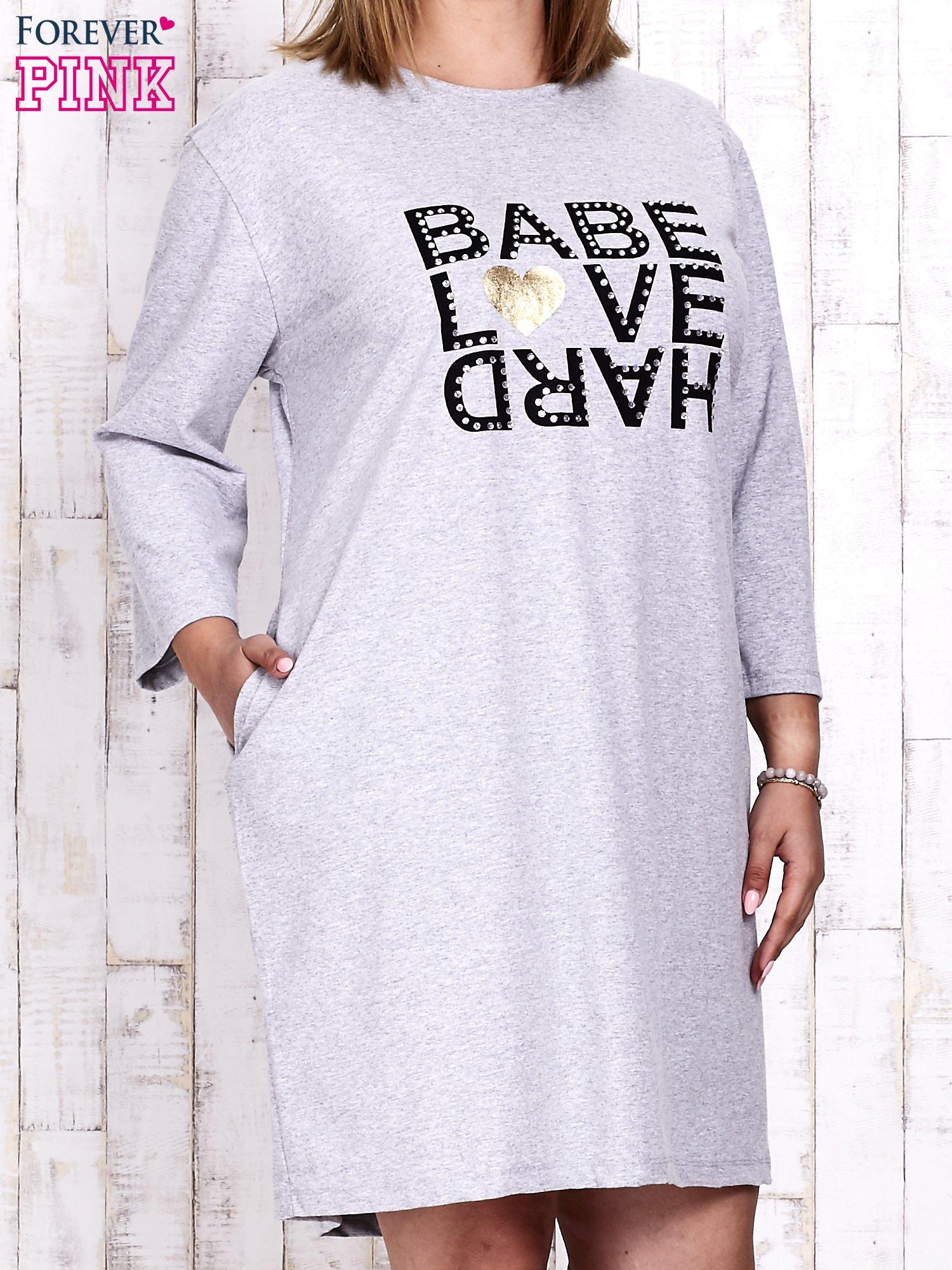 Szara sukienka dresowa z napisem BABE PLUS SIZE                                  zdj.                                  3