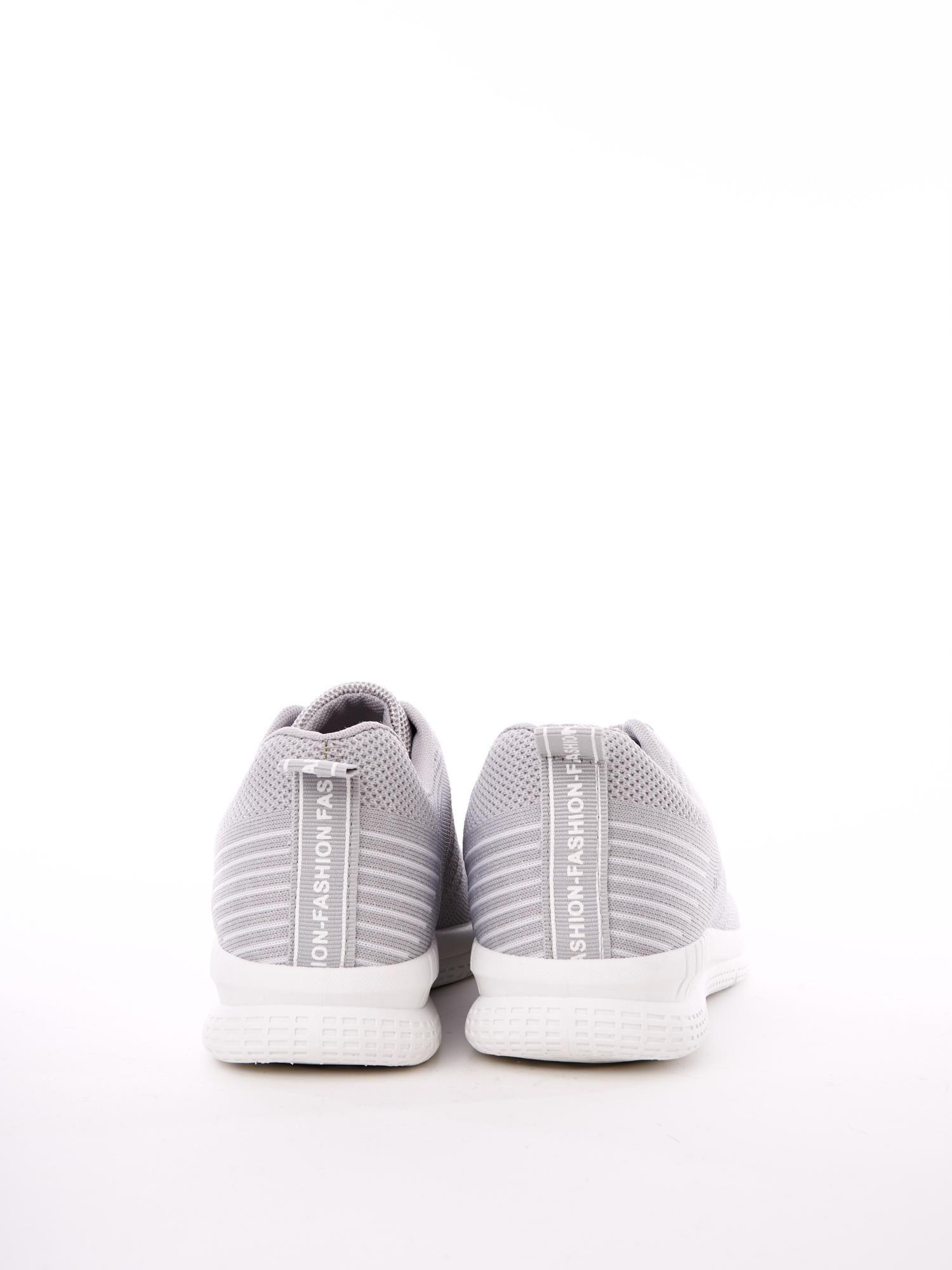 Szare buty sportowe z napisem na pięcie