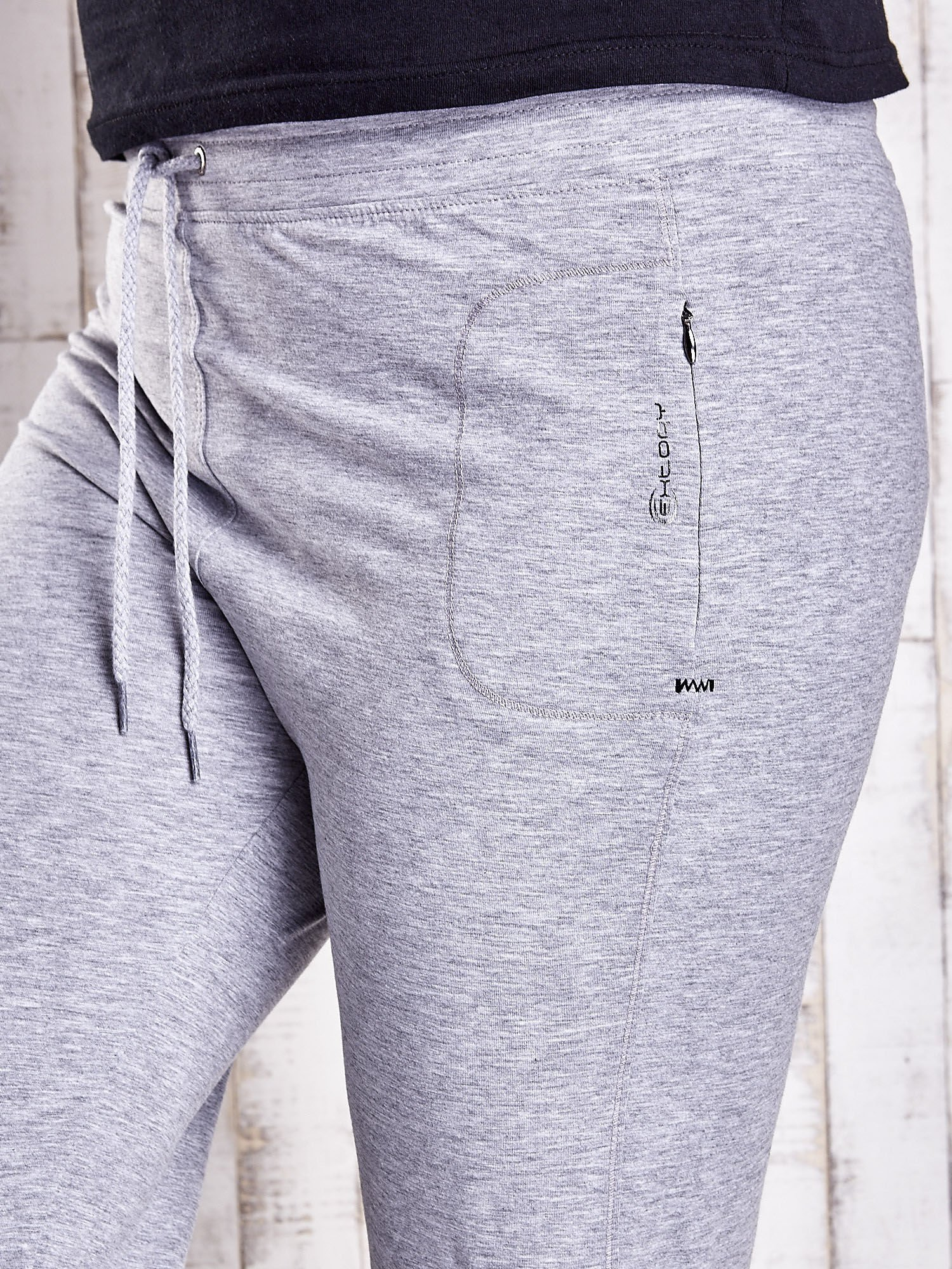 Szare dresowe spodnie capri z troczkami PLUS SIZE                                  zdj.                                  4