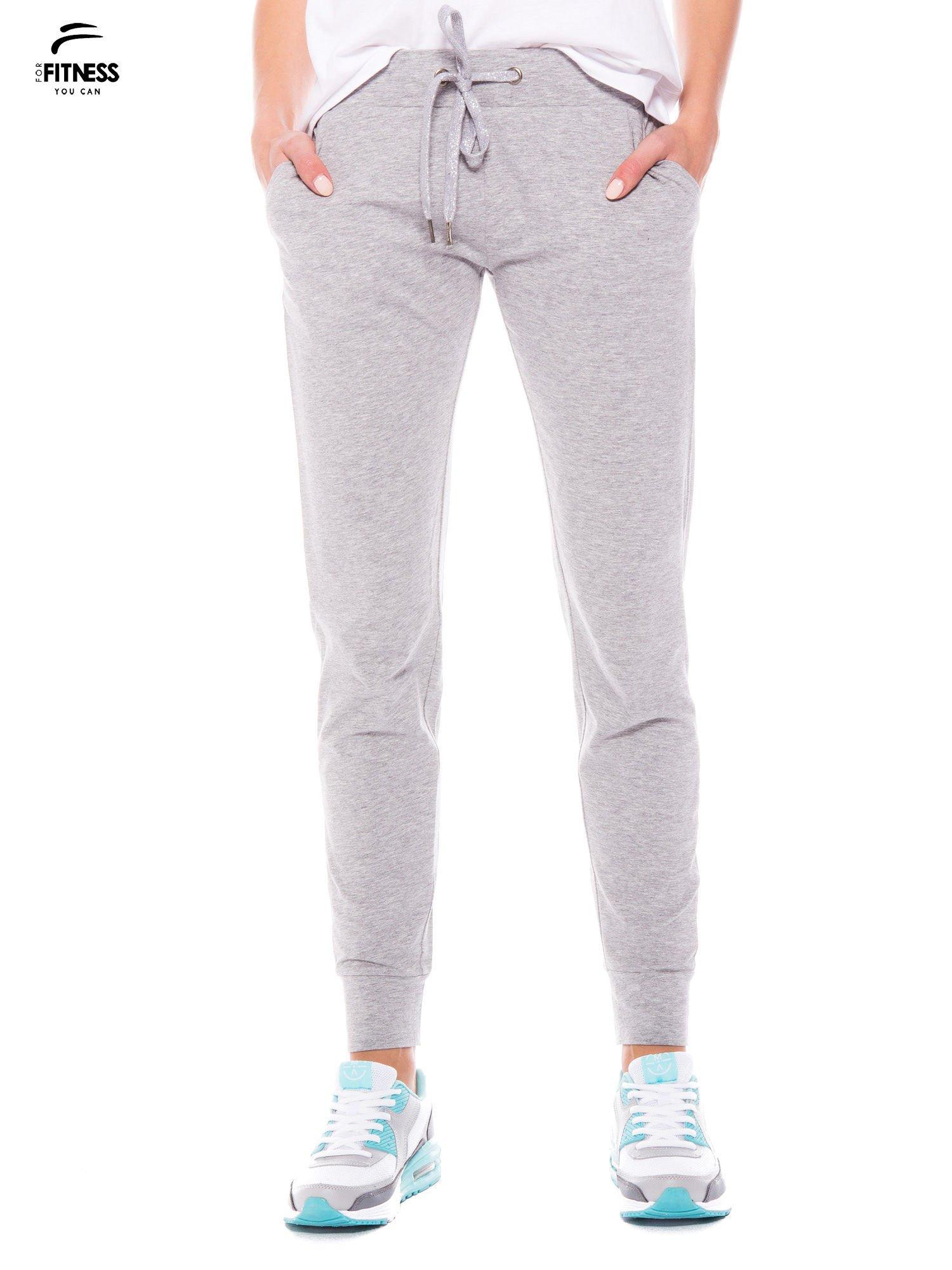 Szare dresowe spodnie damskie ze ściągaczem i błyszczącym sznurkiem                                  zdj.                                  1