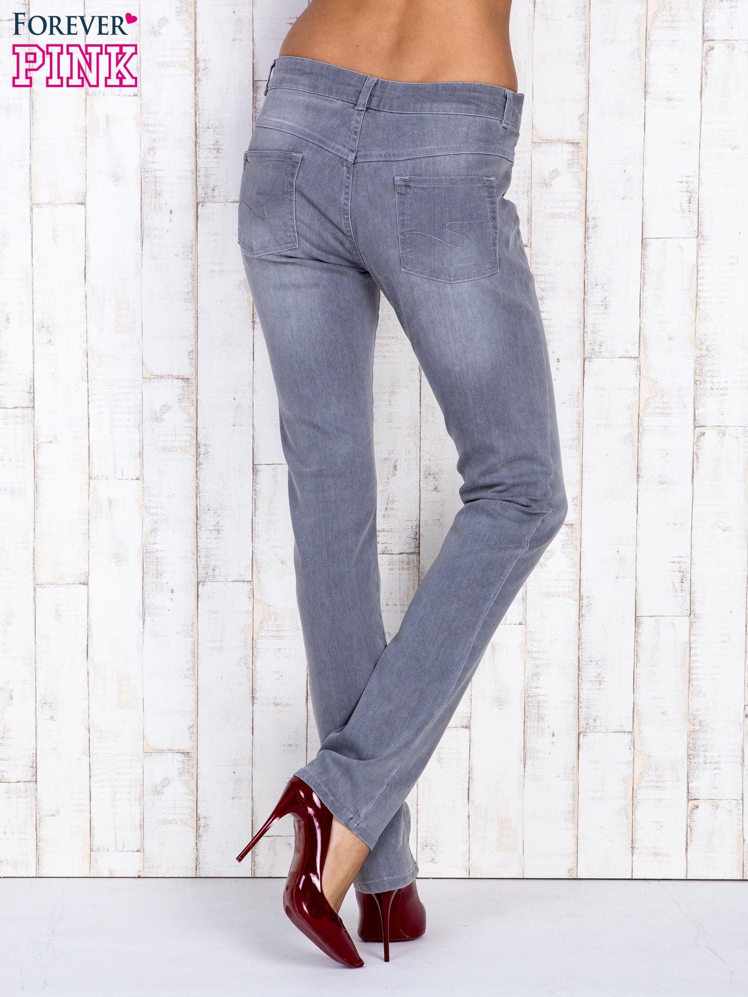 Szare jeansowe spodnie z przetarciami i na gumkę w pasie                                  zdj.                                  3