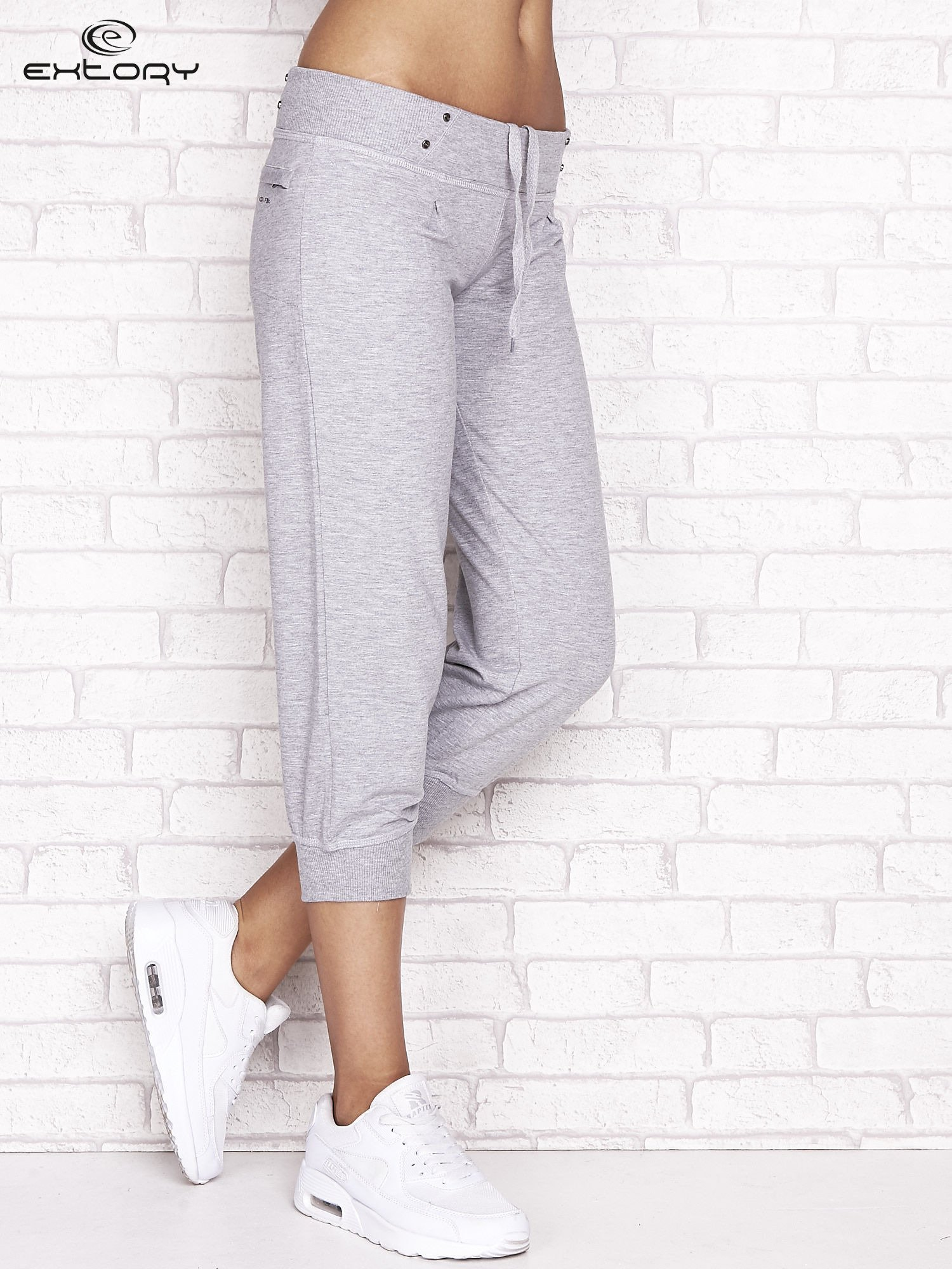 Szare spodnie dresowe capri z kieszonką na suwak                                  zdj.                                  1