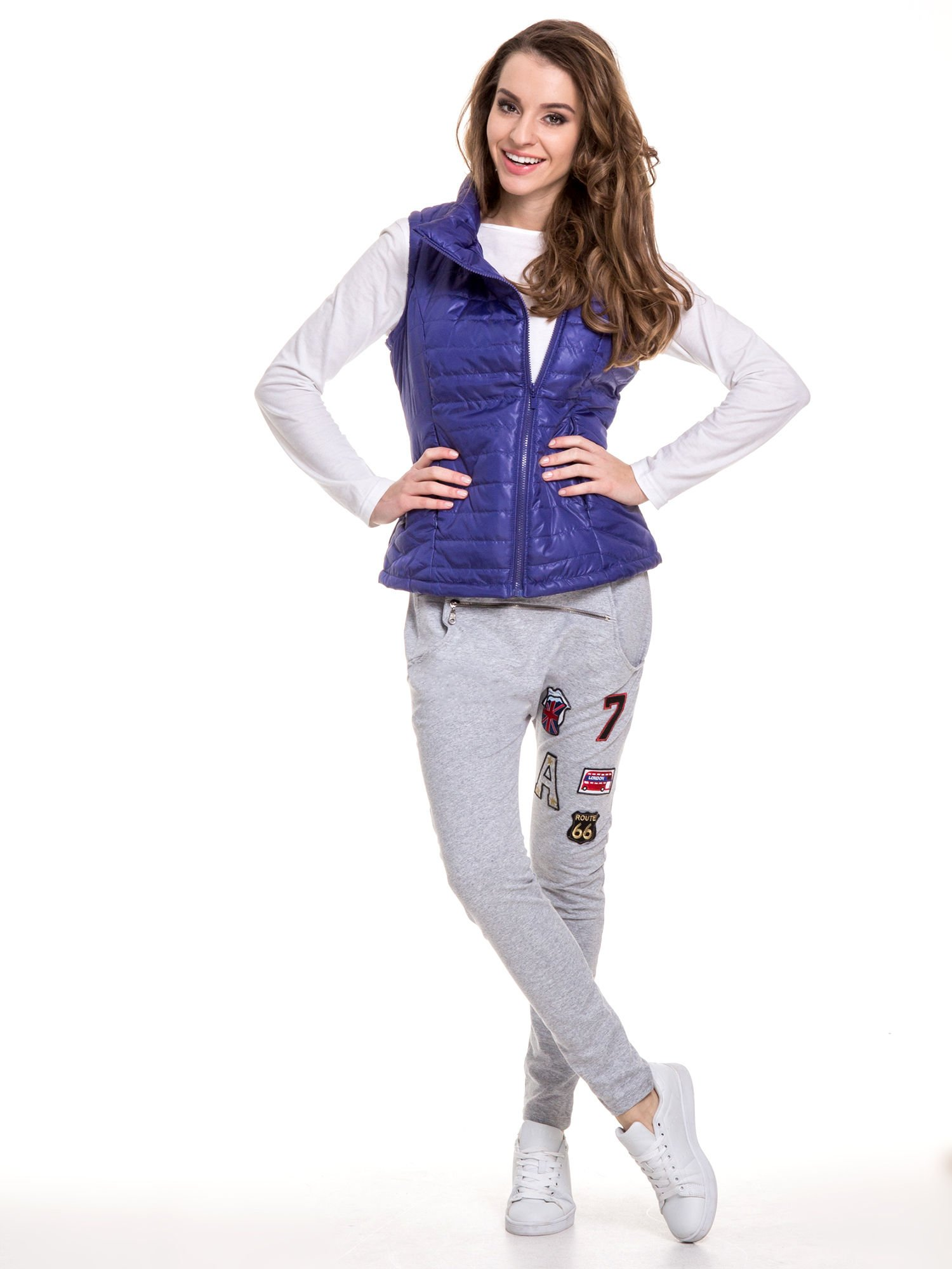 Szare spodnie dresowe typu baggy z naszywkami                                  zdj.                                  9