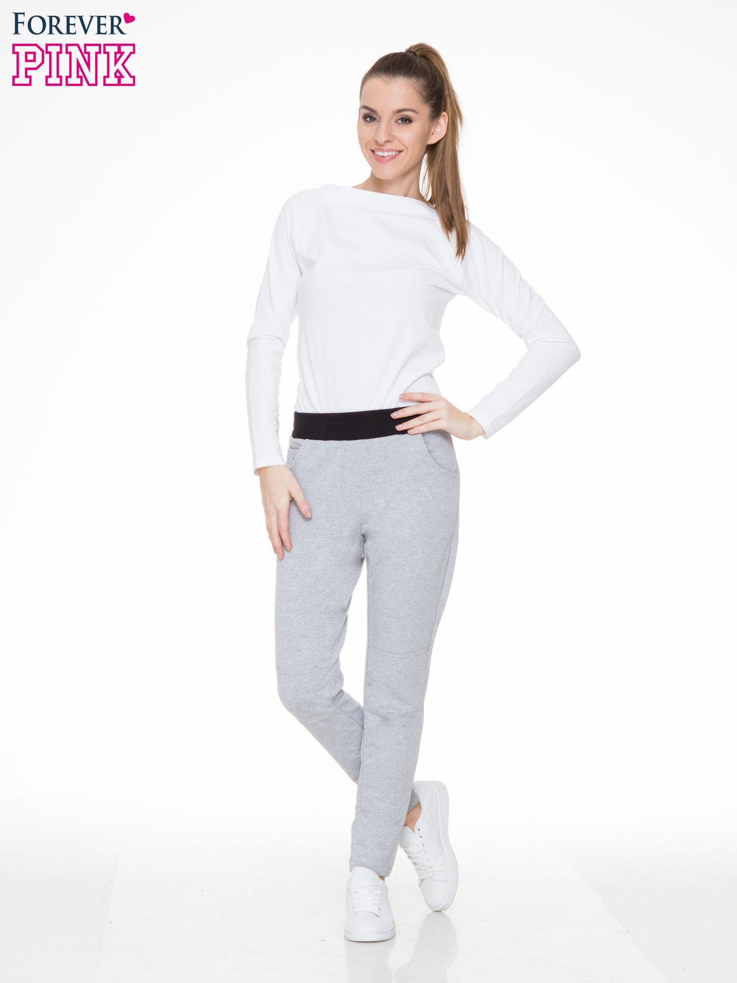Szare spodnie dresowe z guziczkami na nogawkach                                  zdj.                                  2