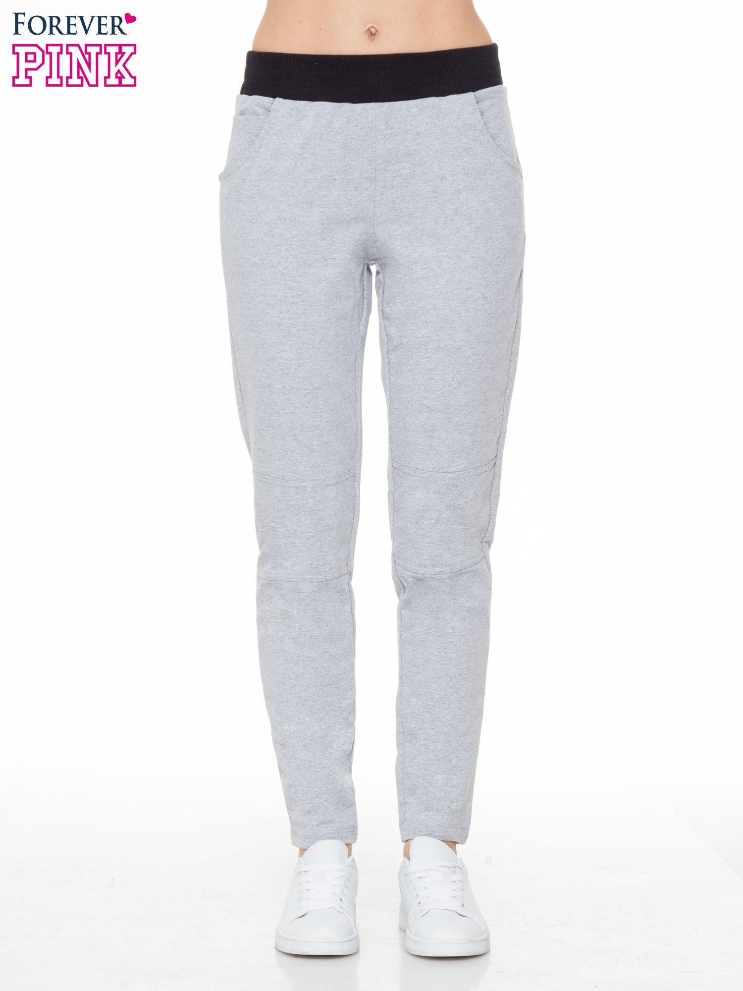 Szare spodnie dresowe z guziczkami na nogawkach                                  zdj.                                  1