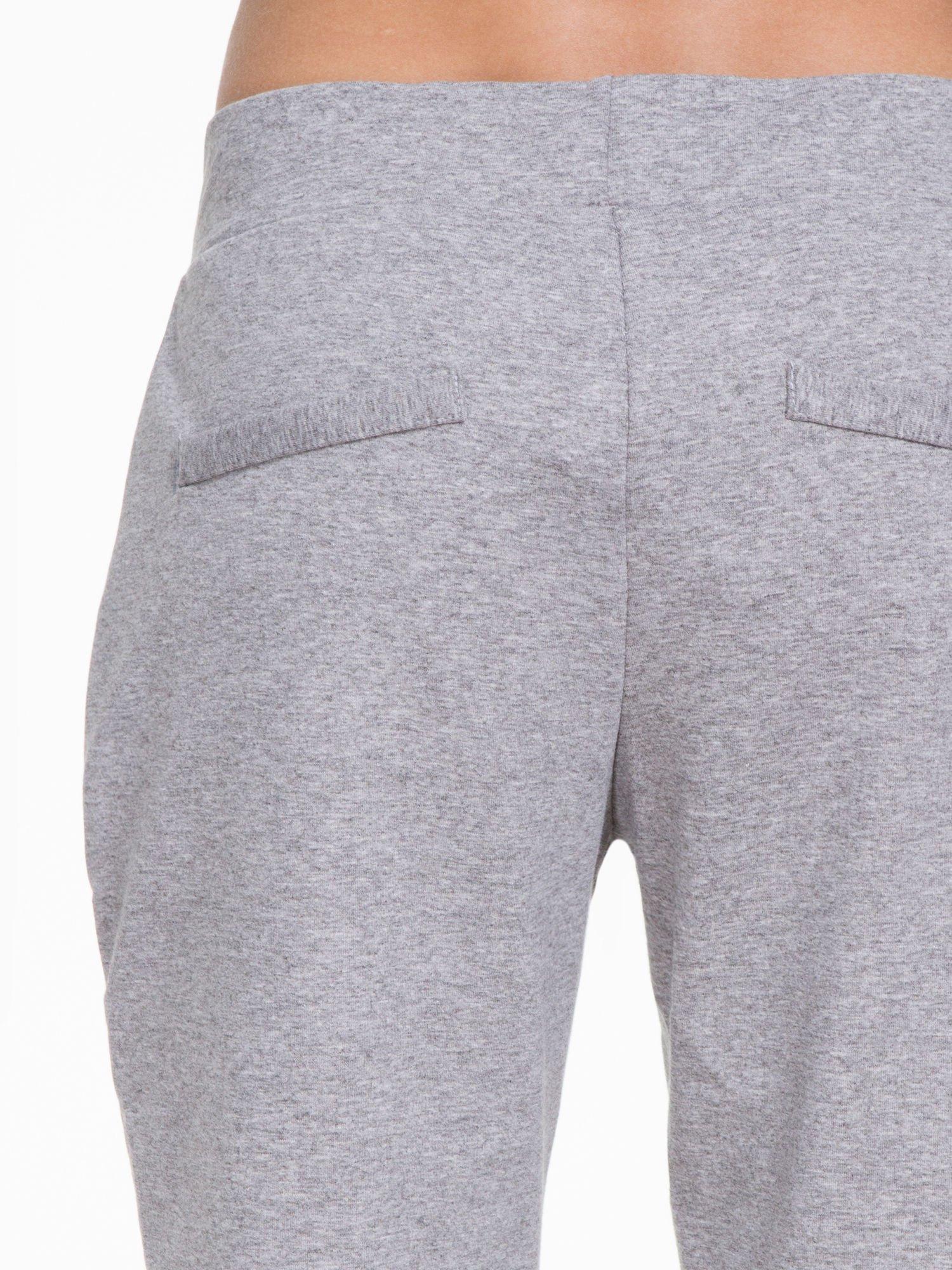 Szare spodnie dresowe z zakładkami przy kieszeniach                                  zdj.                                  5
