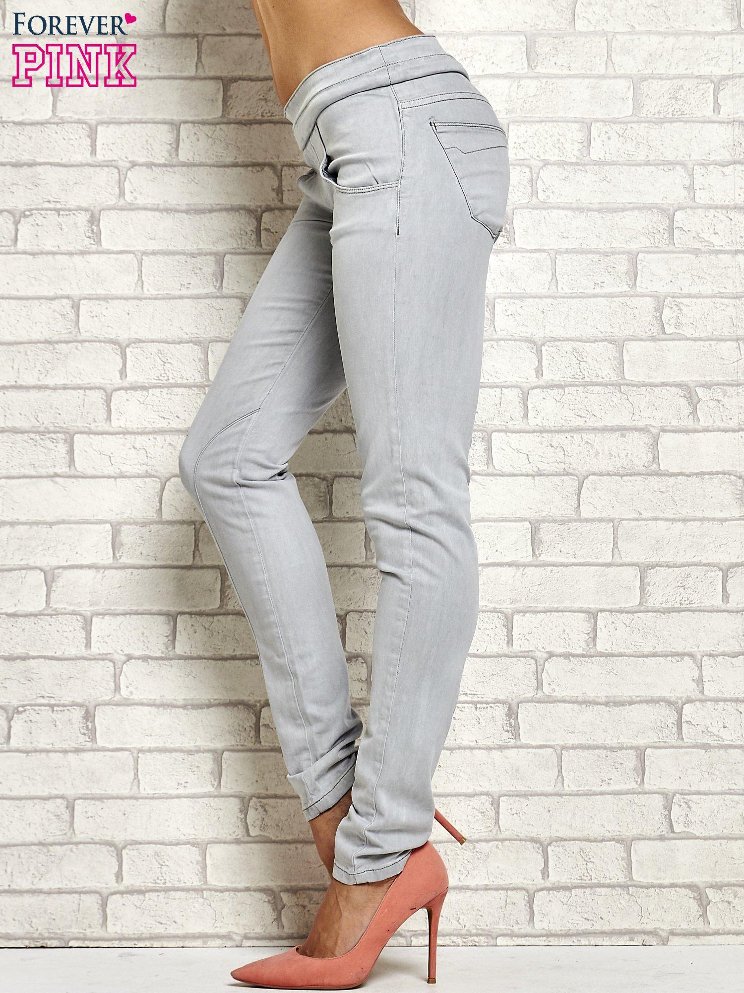 Szare spodnie z przeszyciami i fuksjową gumką w pasie                                  zdj.                                  2
