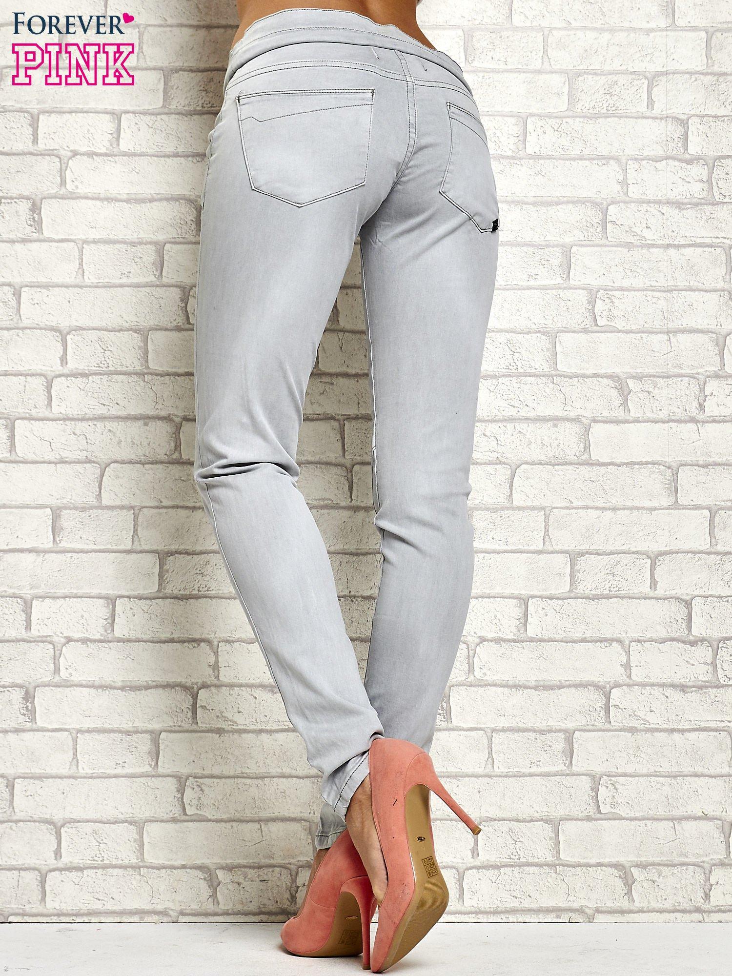 Szare spodnie z przeszyciami i fuksjową gumką w pasie                                  zdj.                                  3