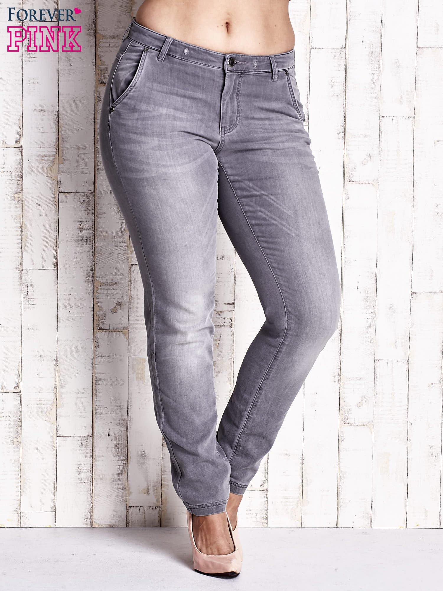 Szare spodnie ze srebrnymi napami PLUS SIZE                                  zdj.                                  1