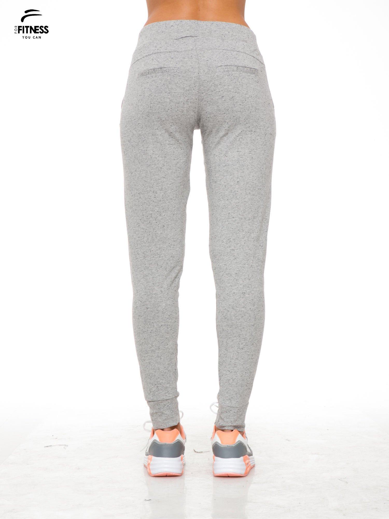 Szare wąskie spodnie dresowe wiązane w pasie na wstążkę                                  zdj.                                  4