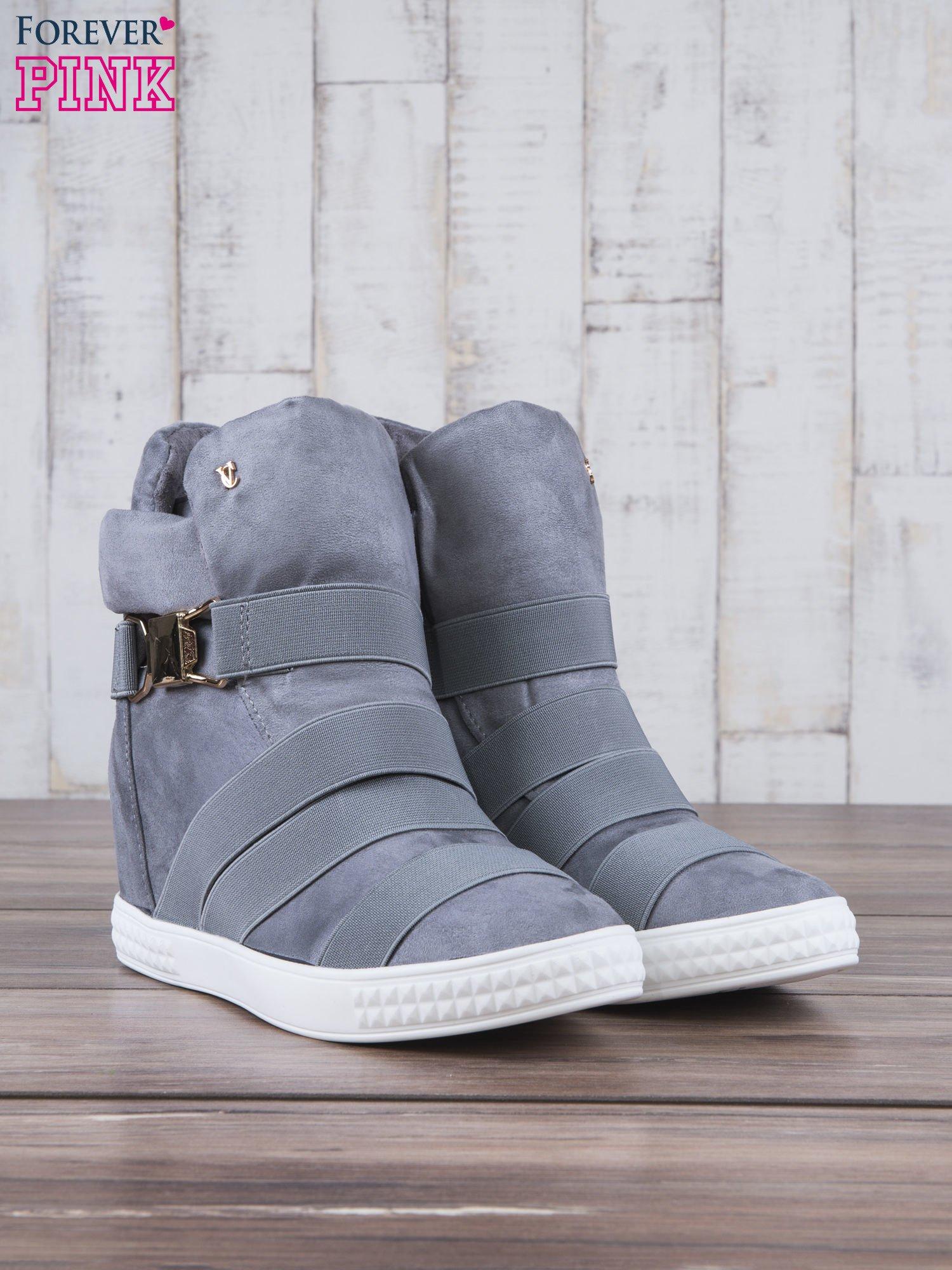 Szare zamszowe sneakersy bandage z klamerką Lucky                                  zdj.                                  3
