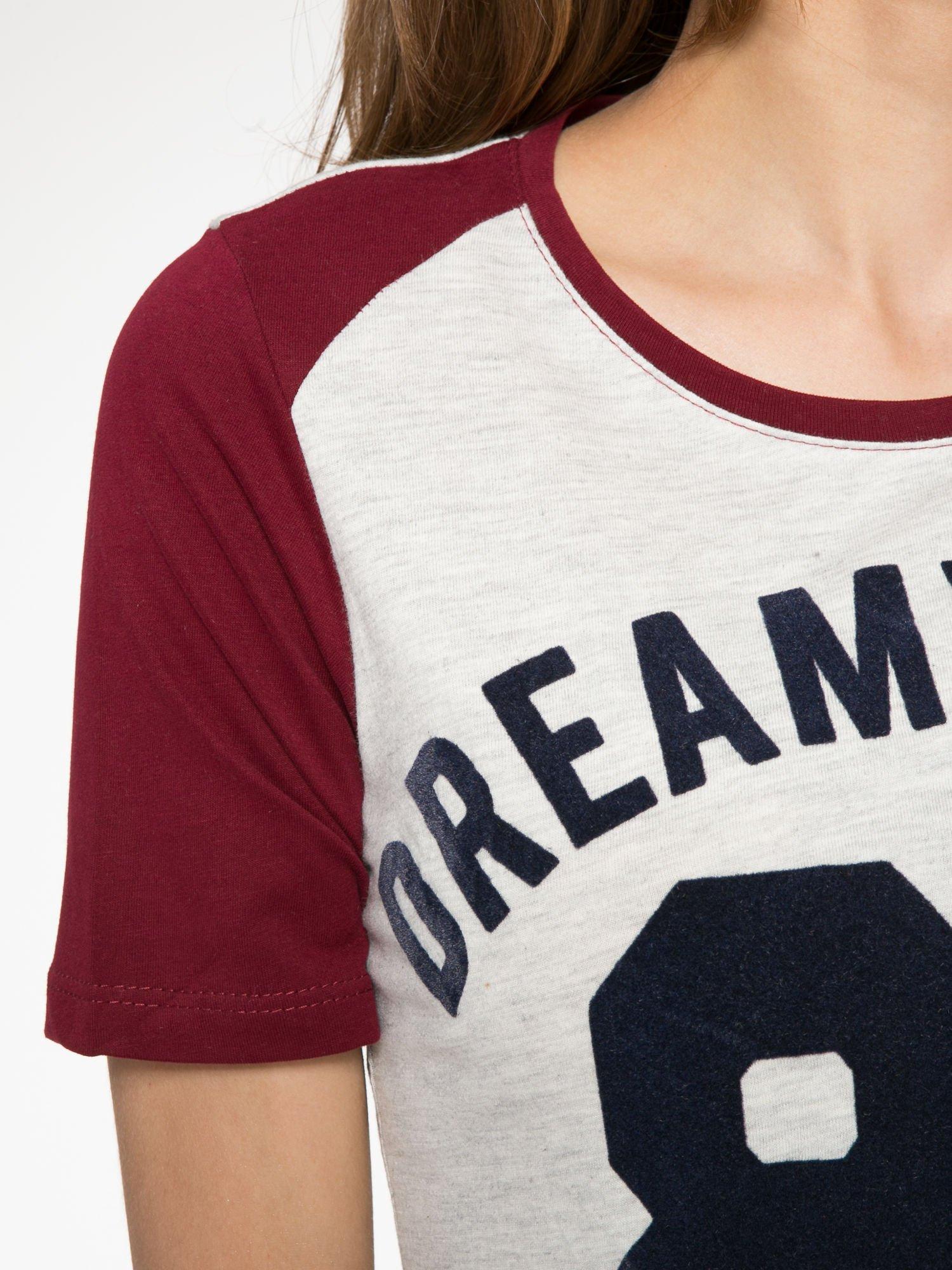 Szaro-bordowy t-shirt z napisem DREAMY VIBES 86 PARIS                                  zdj.                                  5