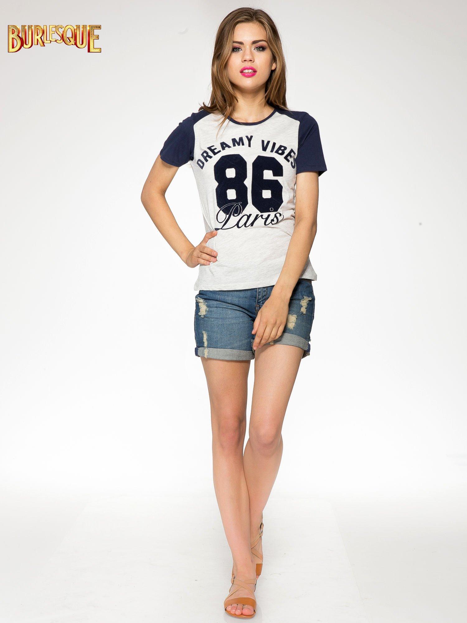 Szaro-granatowy t-shirt z napisem DREAMY VIBES 86 PARIS                                  zdj.                                  2