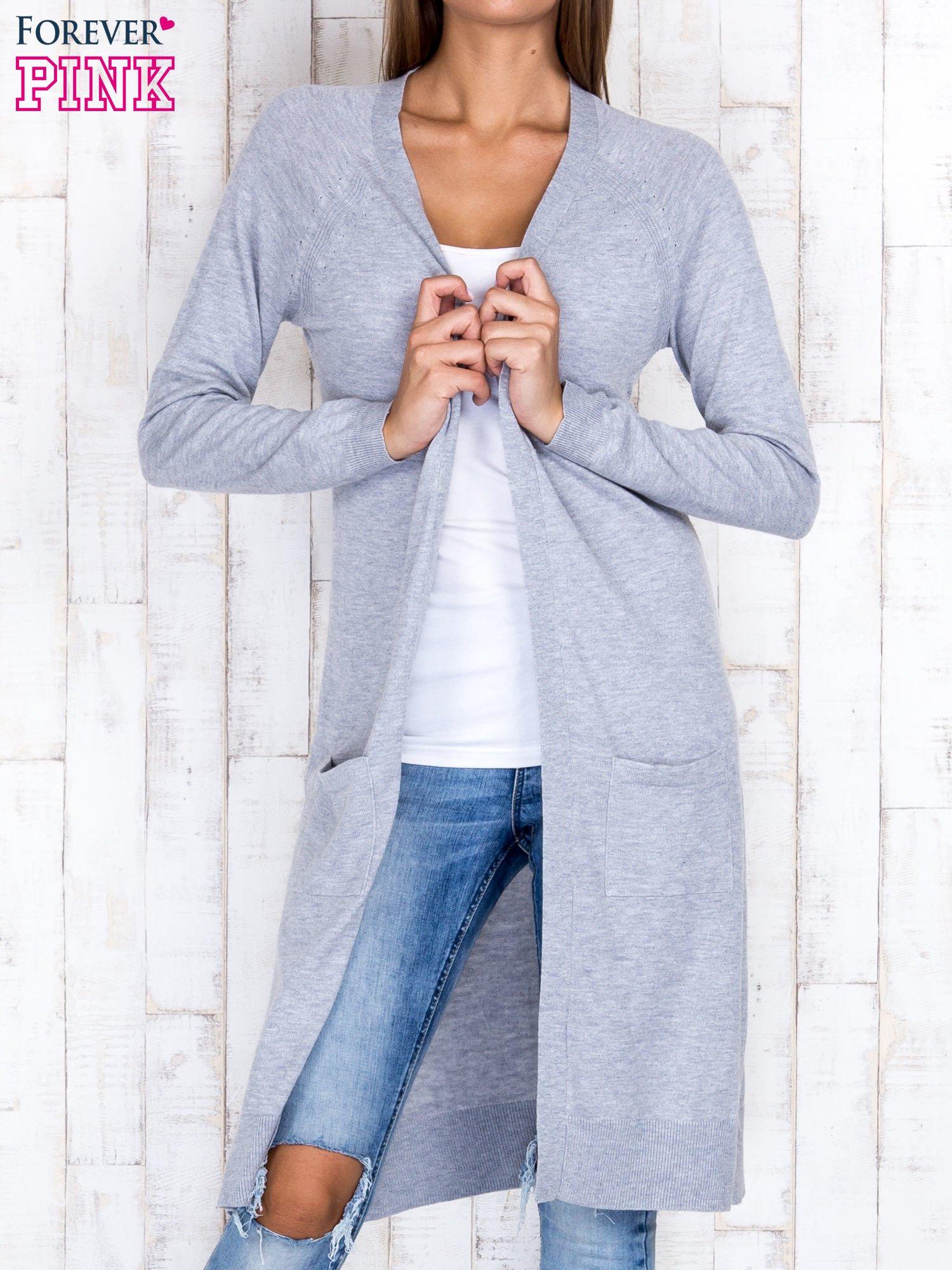 Szary długi sweter z ażurowym zdobieniem szwów                                  zdj.                                  1