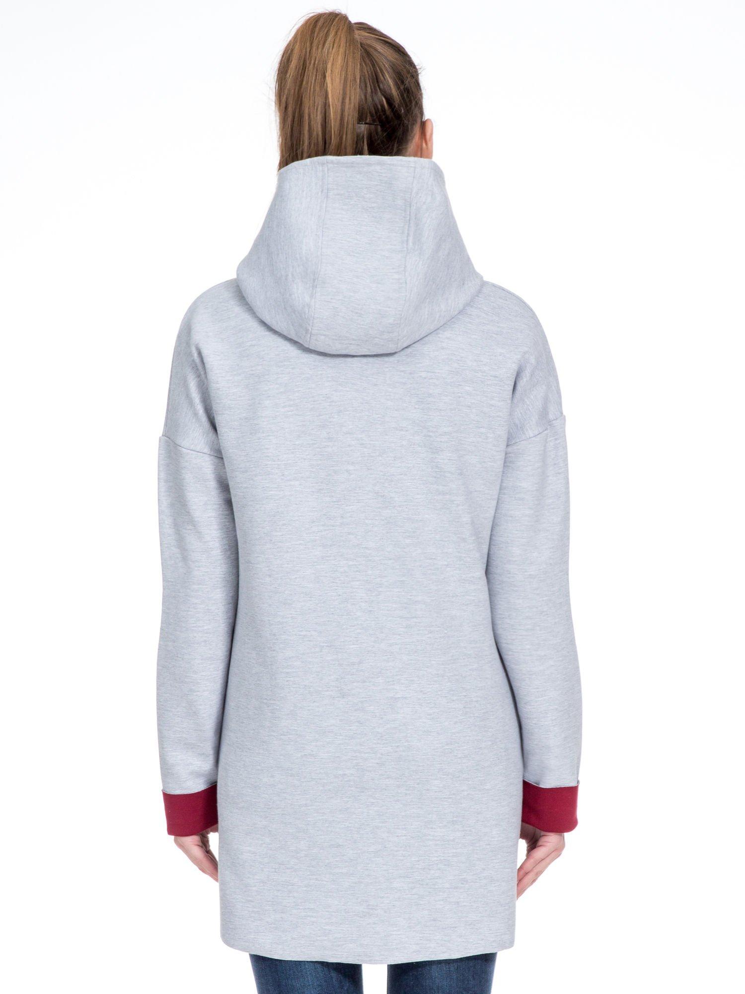Szary dresowy płaszcz oversize z bordową podszewką                                  zdj.                                  4