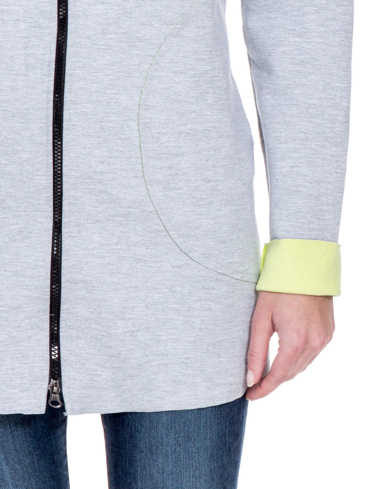 Szary dresowy płaszcz oversize z zieloną podszewką                                  zdj.                                  7