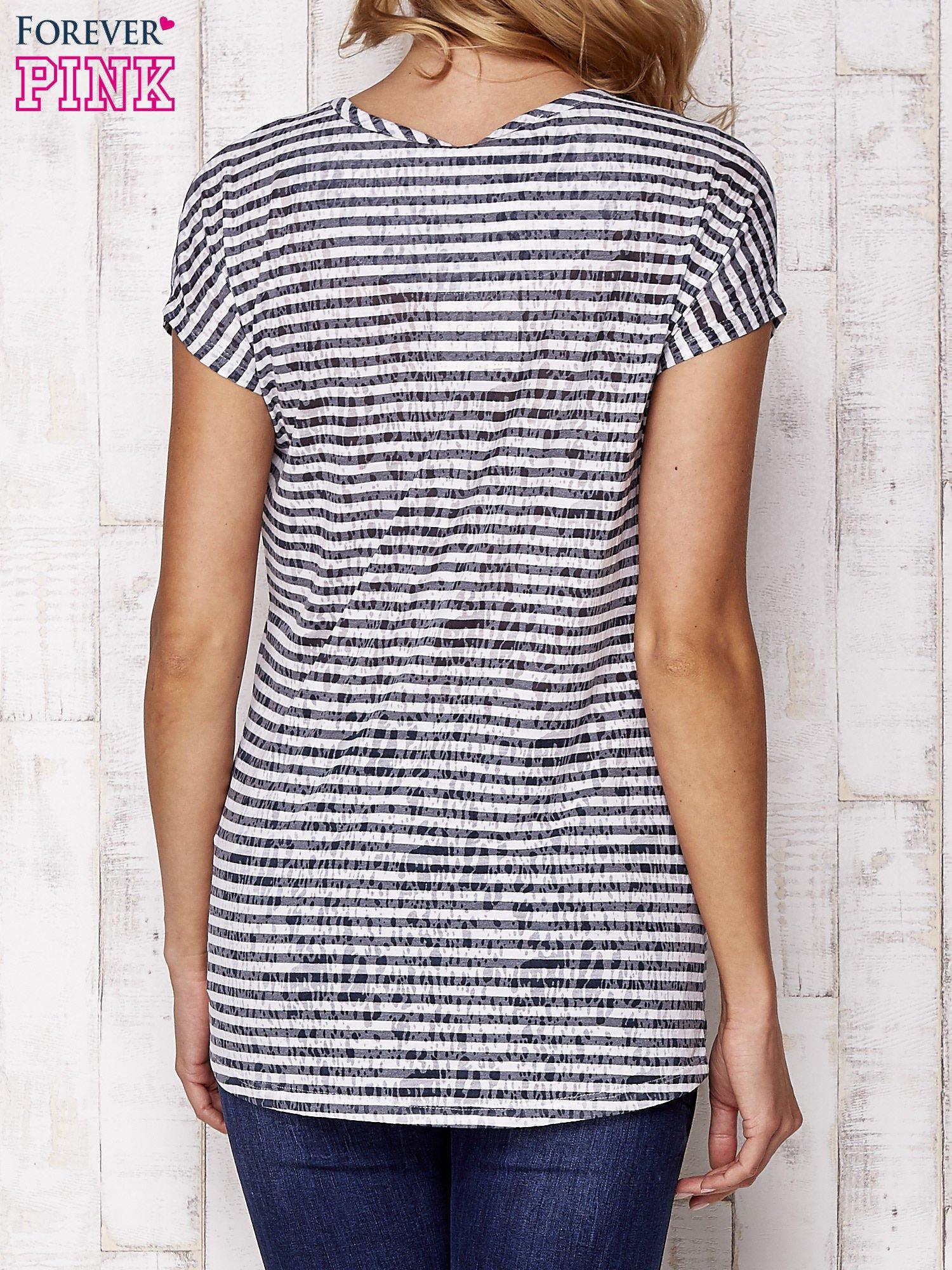 Szary fakturowany t-shirt w paski