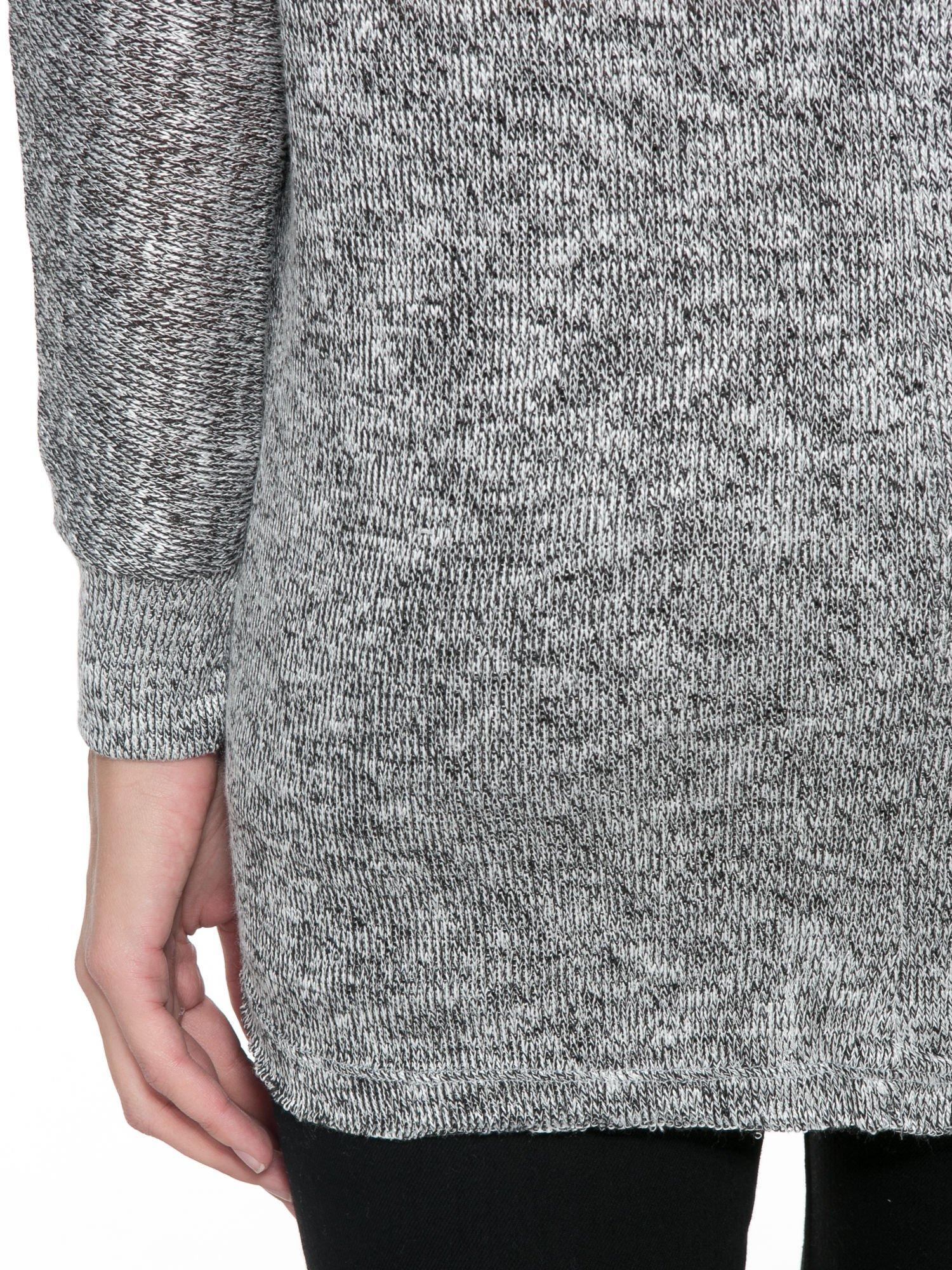 Szary melanżowy sweterek o luźnym kroju z kieszonką                                  zdj.                                  8