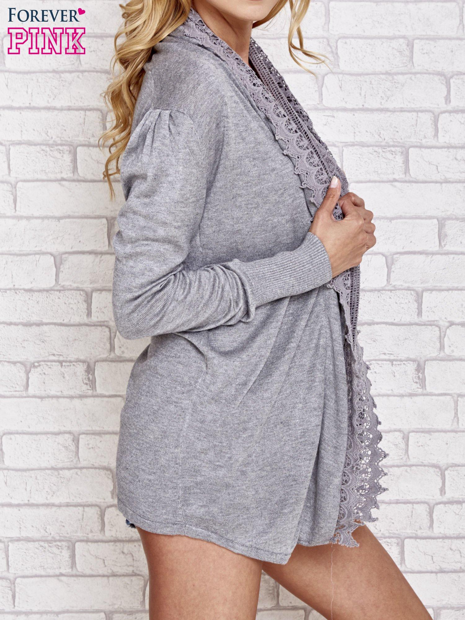 Szary sweter kardigan z ażurowym przodem                                  zdj.                                  3