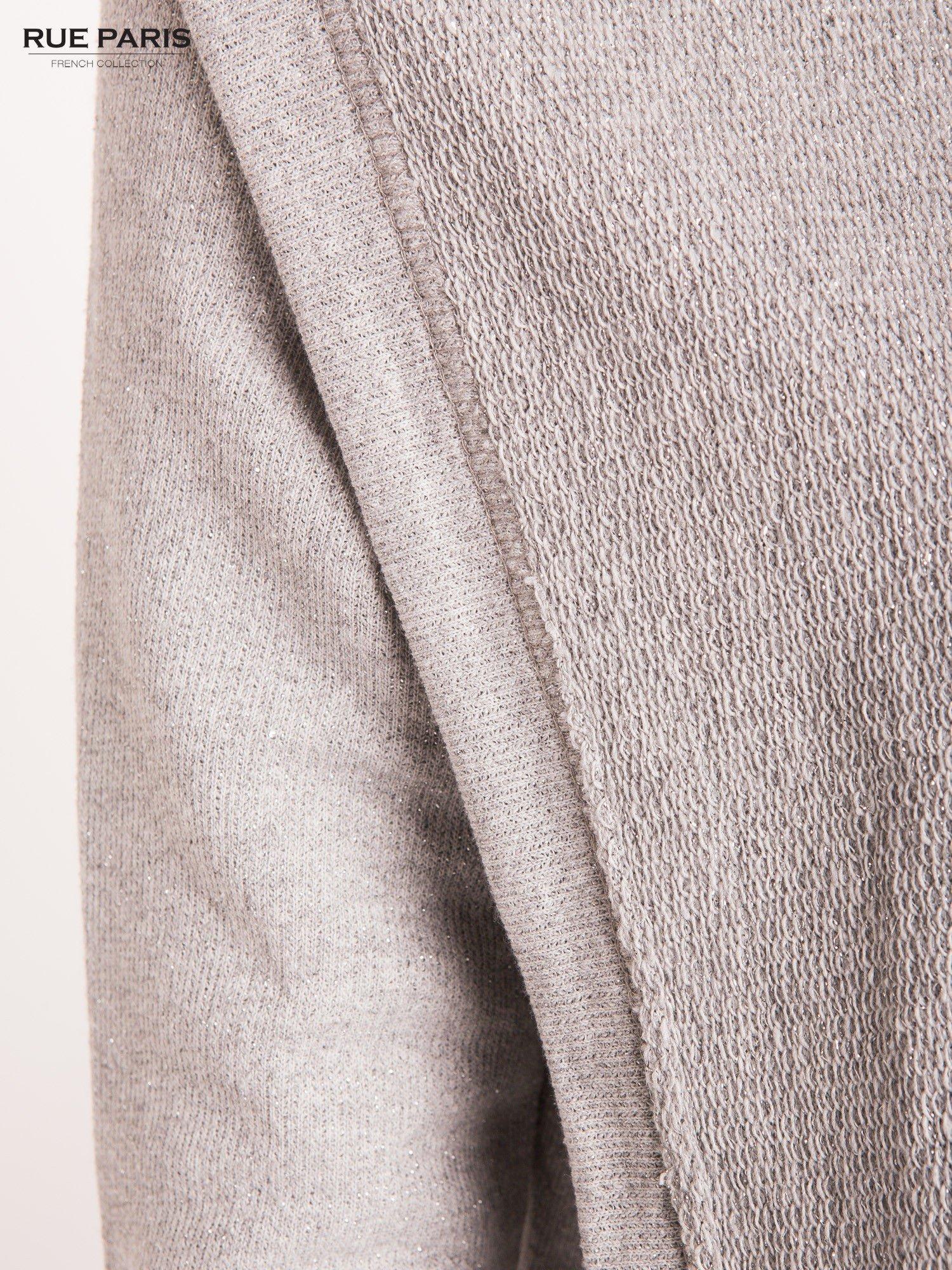 Szary sweter narzutka z dresowej dzianiny przeplatanej metalizowaną nicią                                  zdj.                                  3