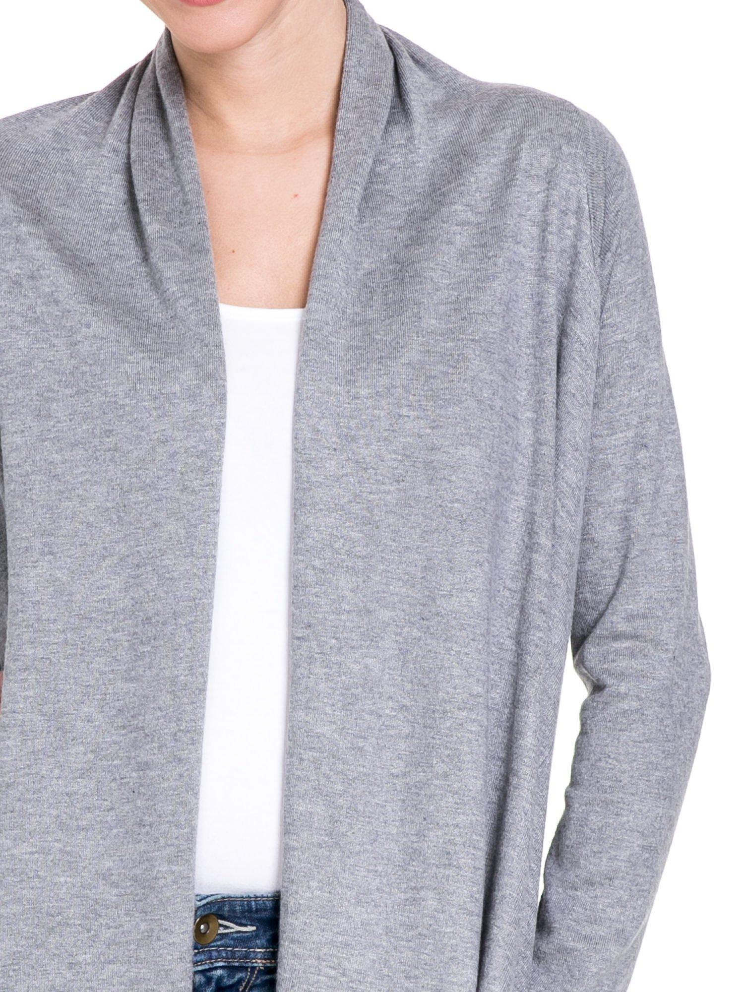 Szary sweter narzutka z kaskadowymi bokami                                  zdj.                                  5