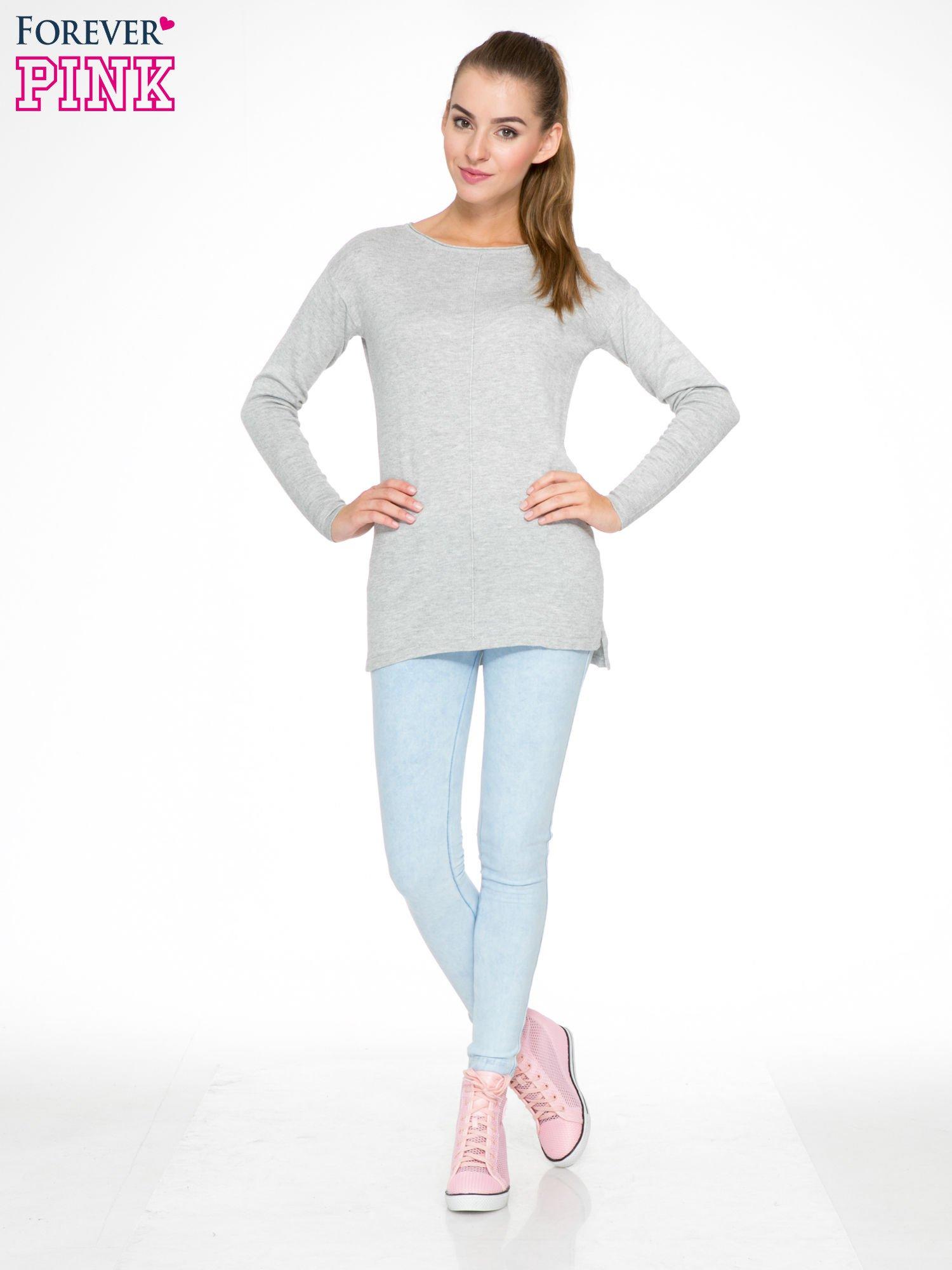 Szary sweter z dłuższym tyłem i rozporkami po bokach                                  zdj.                                  2