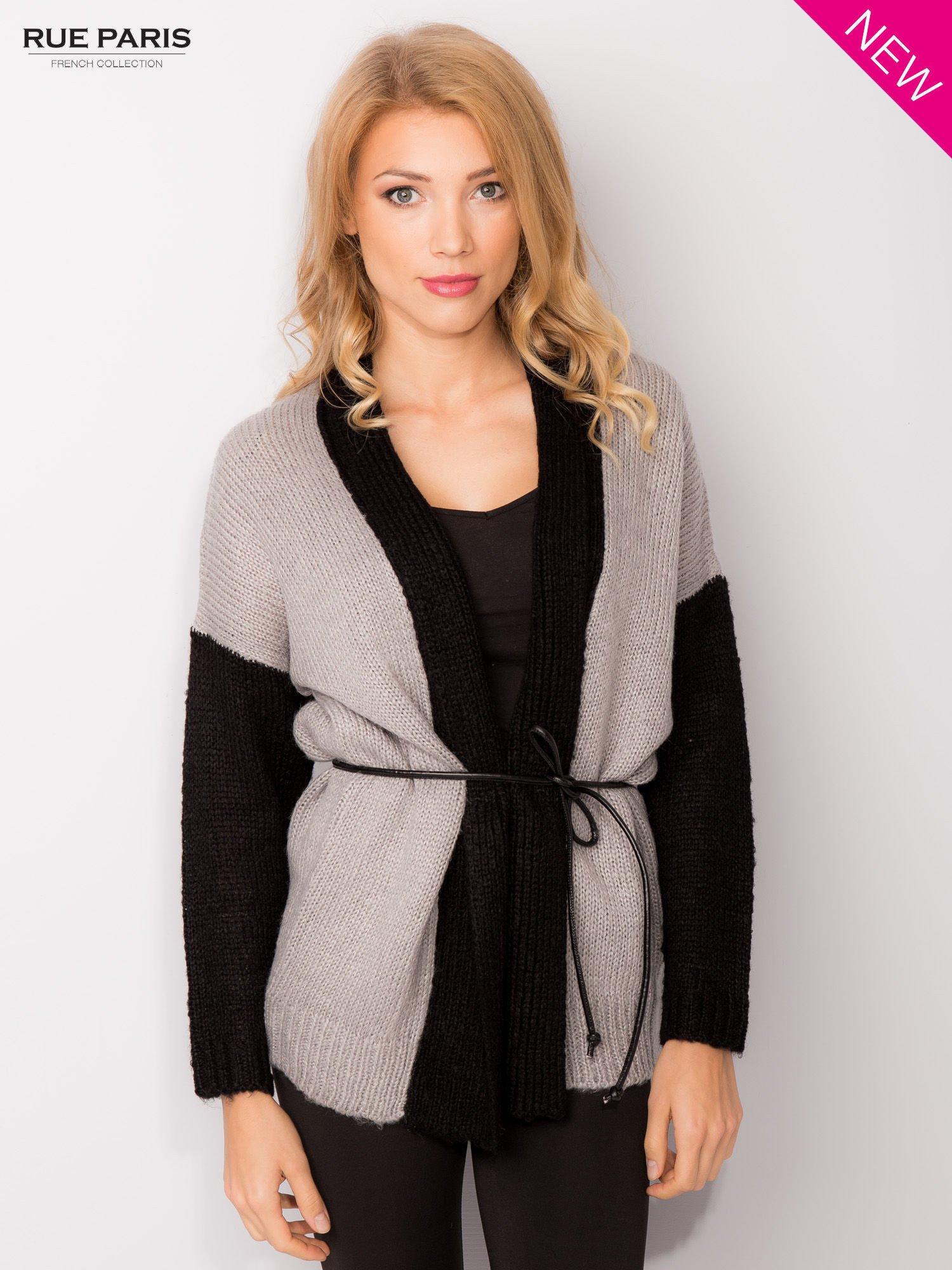 Szary sweter z kontrastowym pasem i rękawami                                  zdj.                                  2