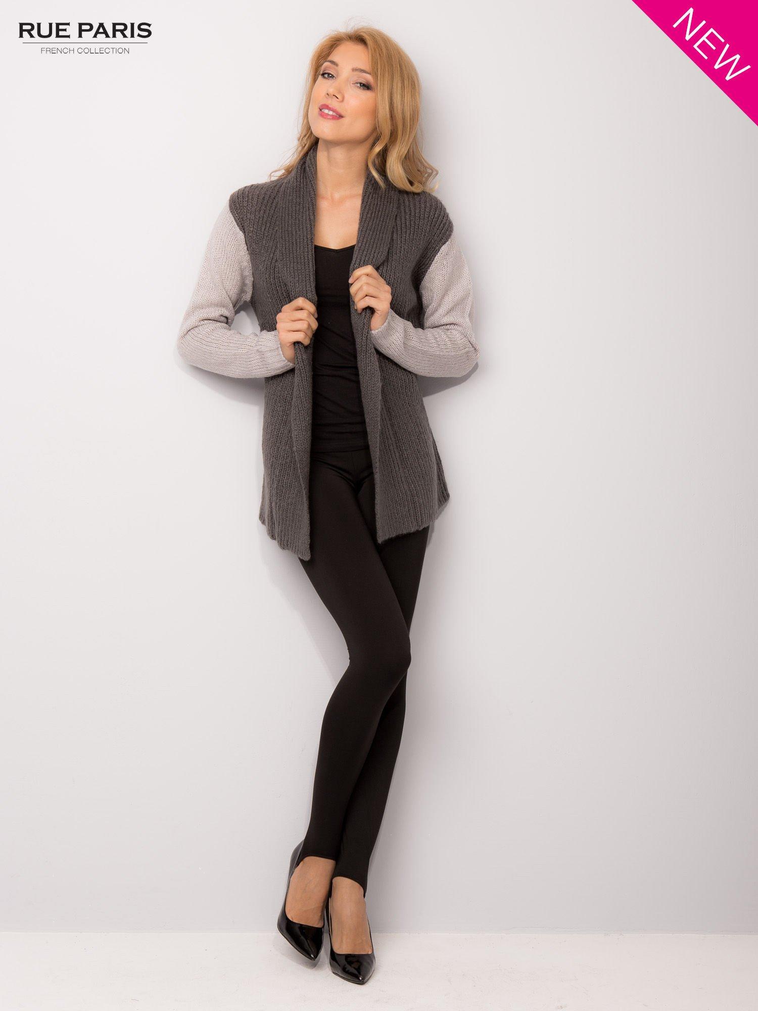 Szary sweter z kontrastowymi rękawami i paskiem                                  zdj.                                  3