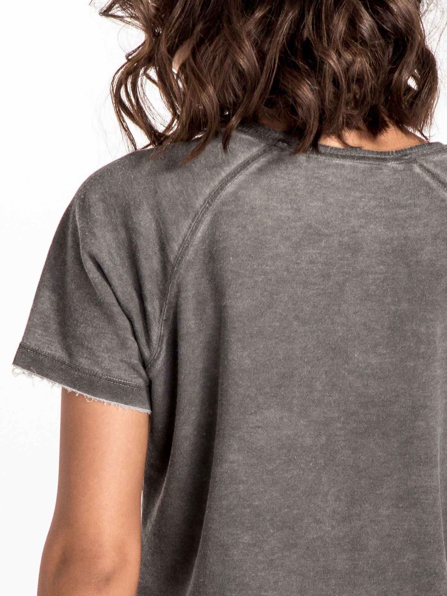 Szary t-shirt cropped z motywem pizzy                                  zdj.                                  5