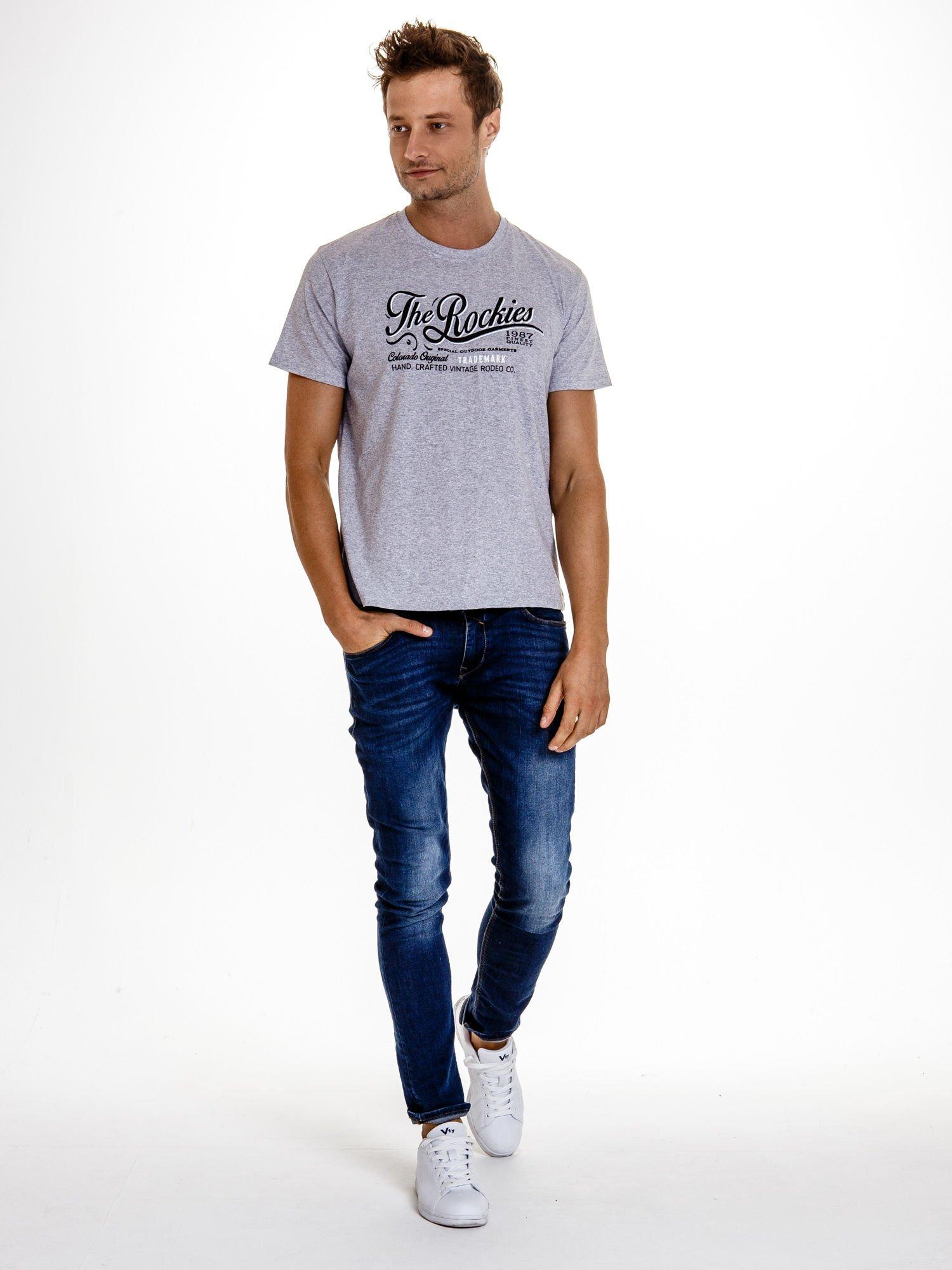 Szary t-shirt męski z nadrukiem napisu THE ROCKIES                                  zdj.                                  5