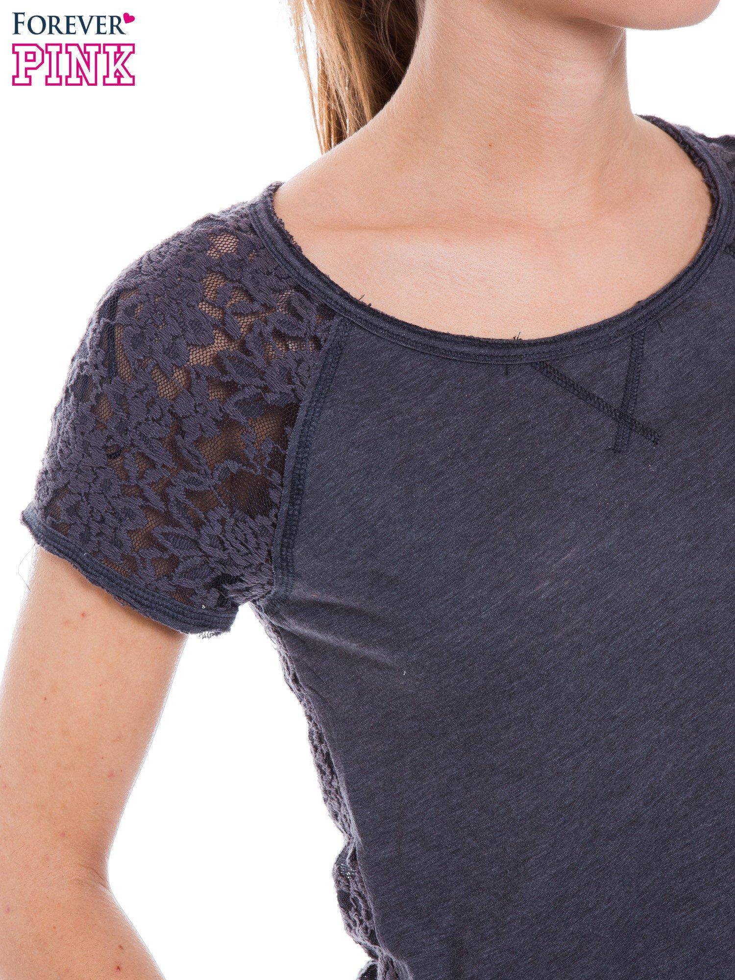 Szary t-shirt z koronkowymi plecami i rękawkami                                  zdj.                                  4