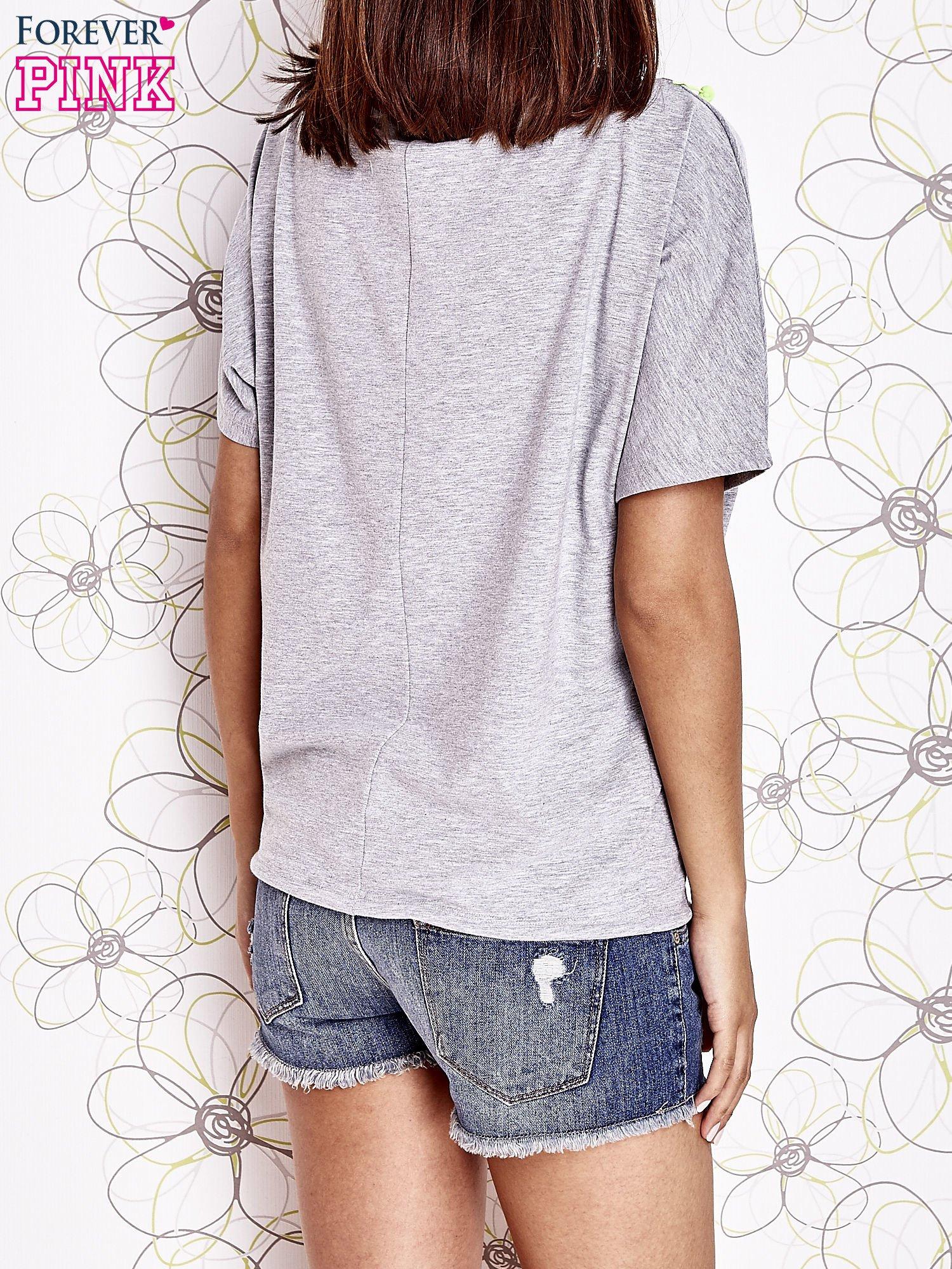 Szary t-shirt z limonkowymi pomponikami przy dekolcie                                  zdj.                                  4