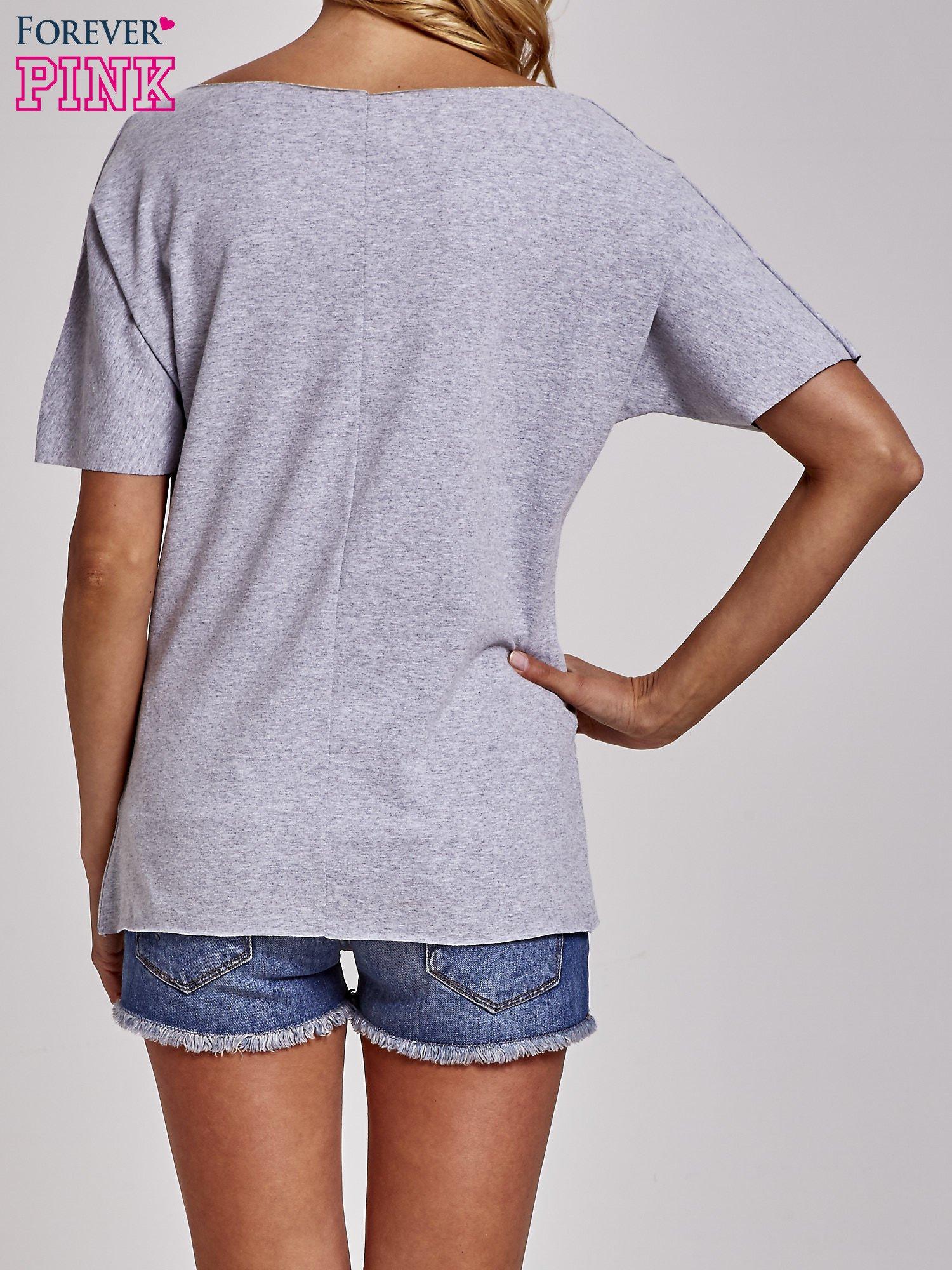 Szary t-shirt z motywem serce i krzyżyk                                  zdj.                                  4