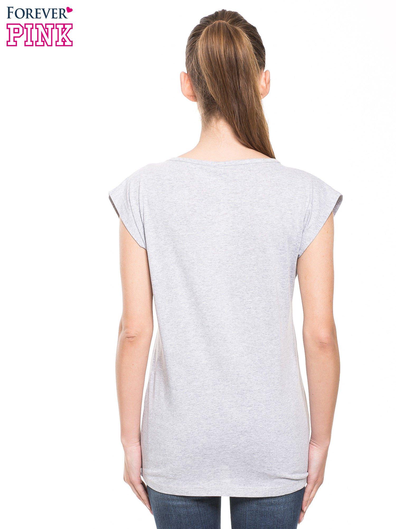 Szary t-shirt z nadrukiem numerycznym                                  zdj.                                  3