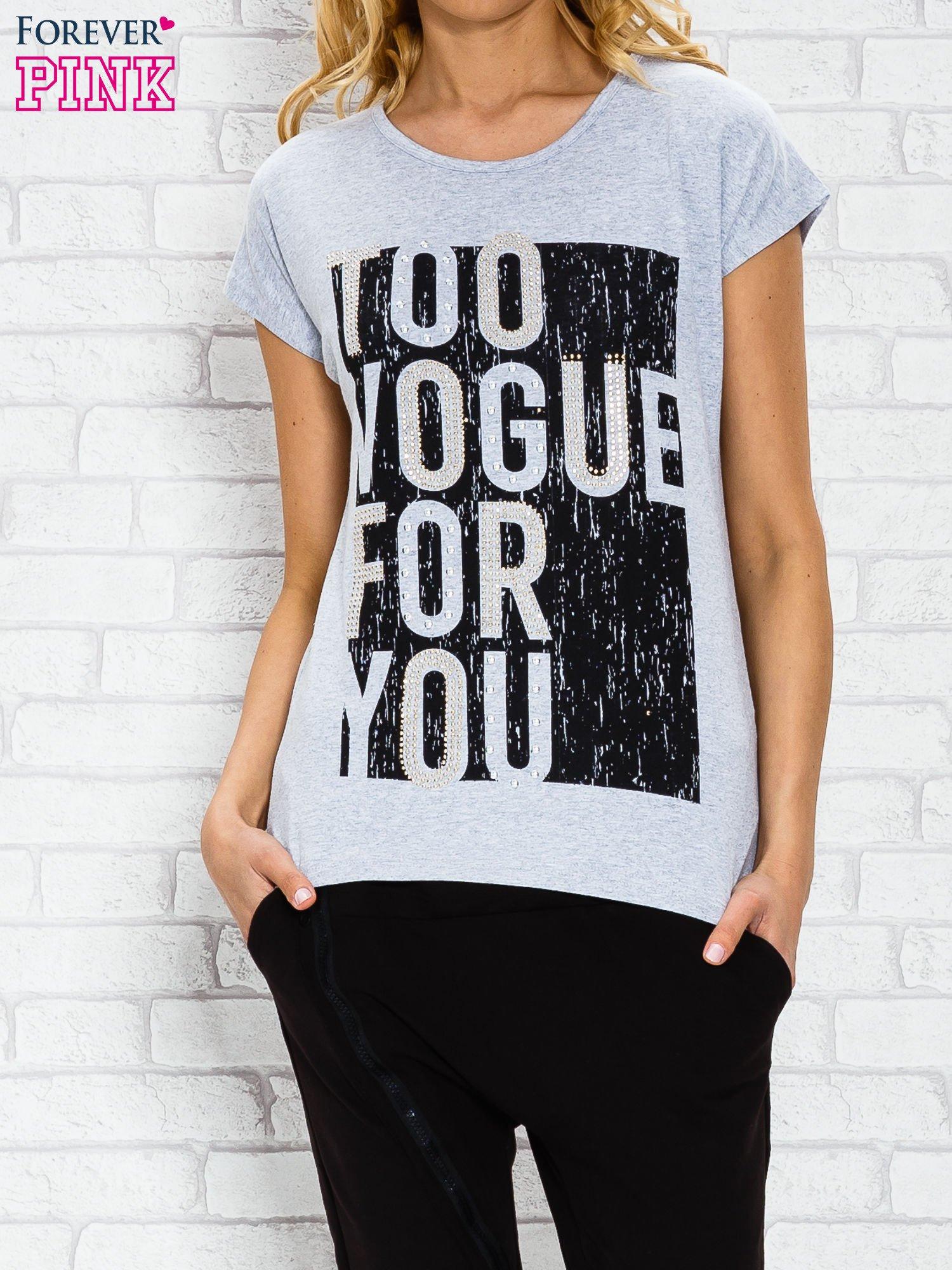 Szary t-shirt z napisem TOO VOGUE FOR YOU z dżetami                                  zdj.                                  1