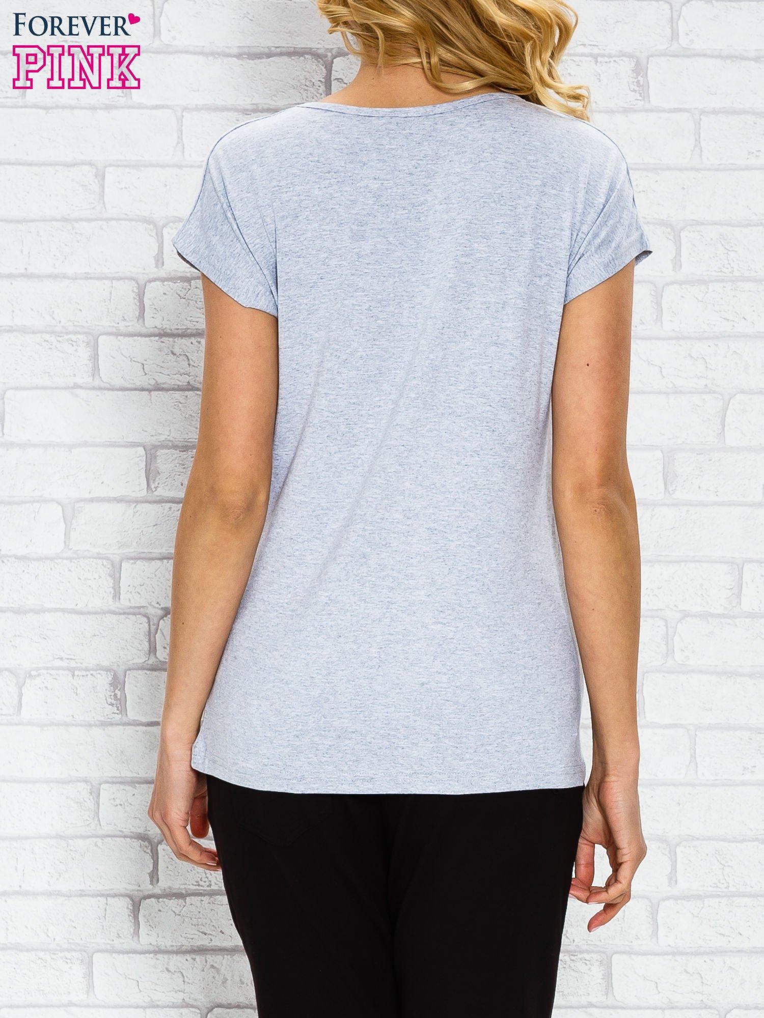Szary t-shirt z napisem TOO VOGUE FOR YOU z dżetami                                  zdj.                                  2