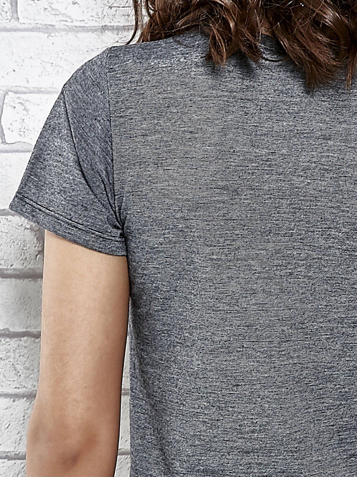 Szary t-shirt z naszywkami                                  zdj.                                  6