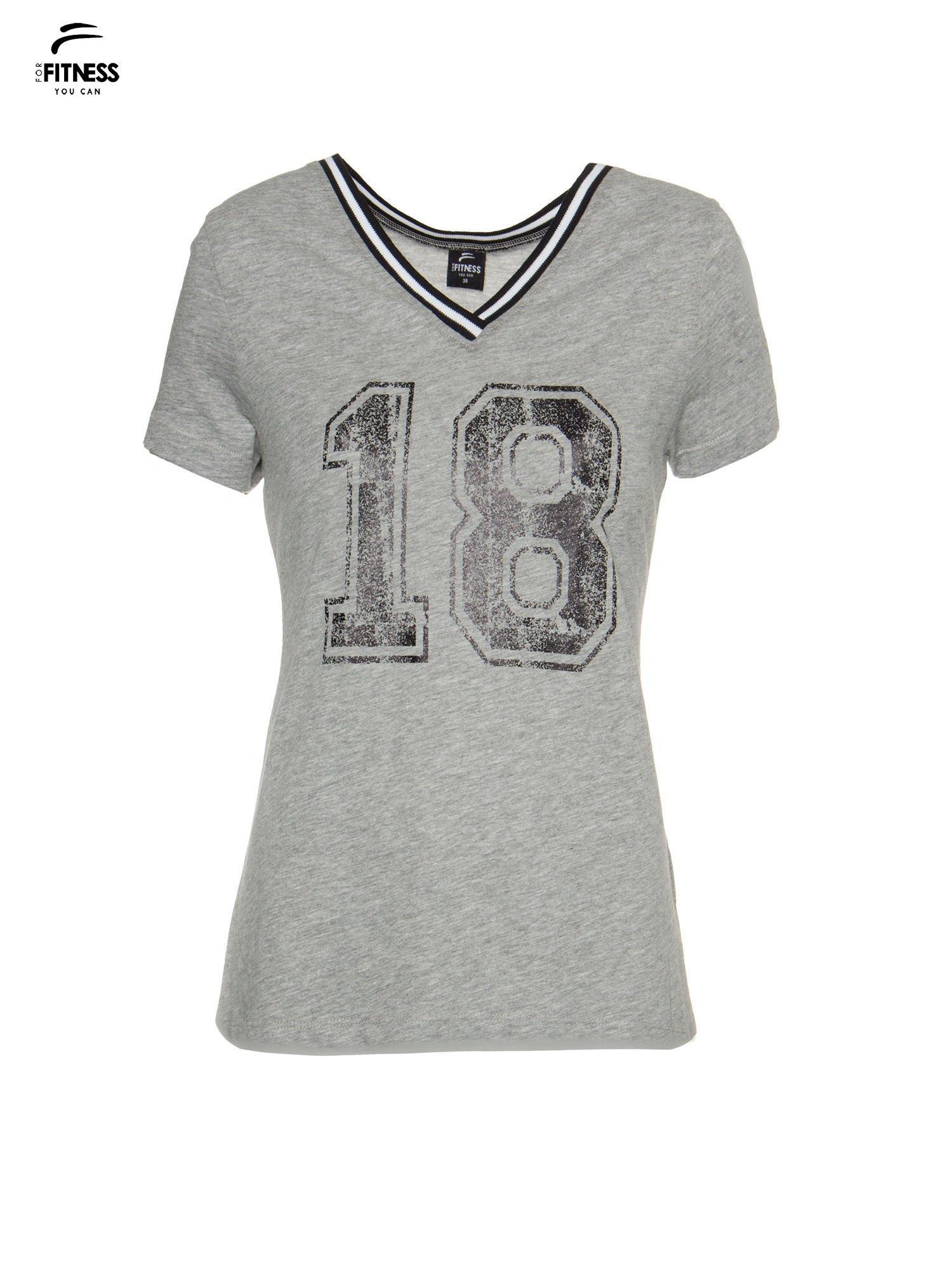 Szary t-shirt z numerem i sportową lamówką w stylu college                                  zdj.                                  2