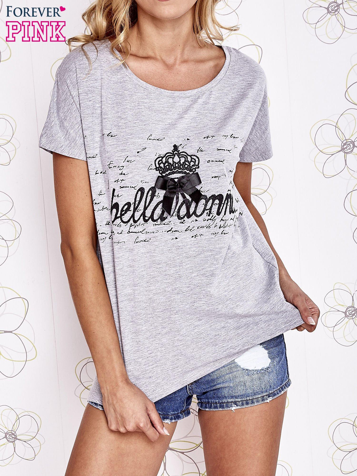 Szary t-shirt z ozdobnym napisem i kokardą                                  zdj.                                  1