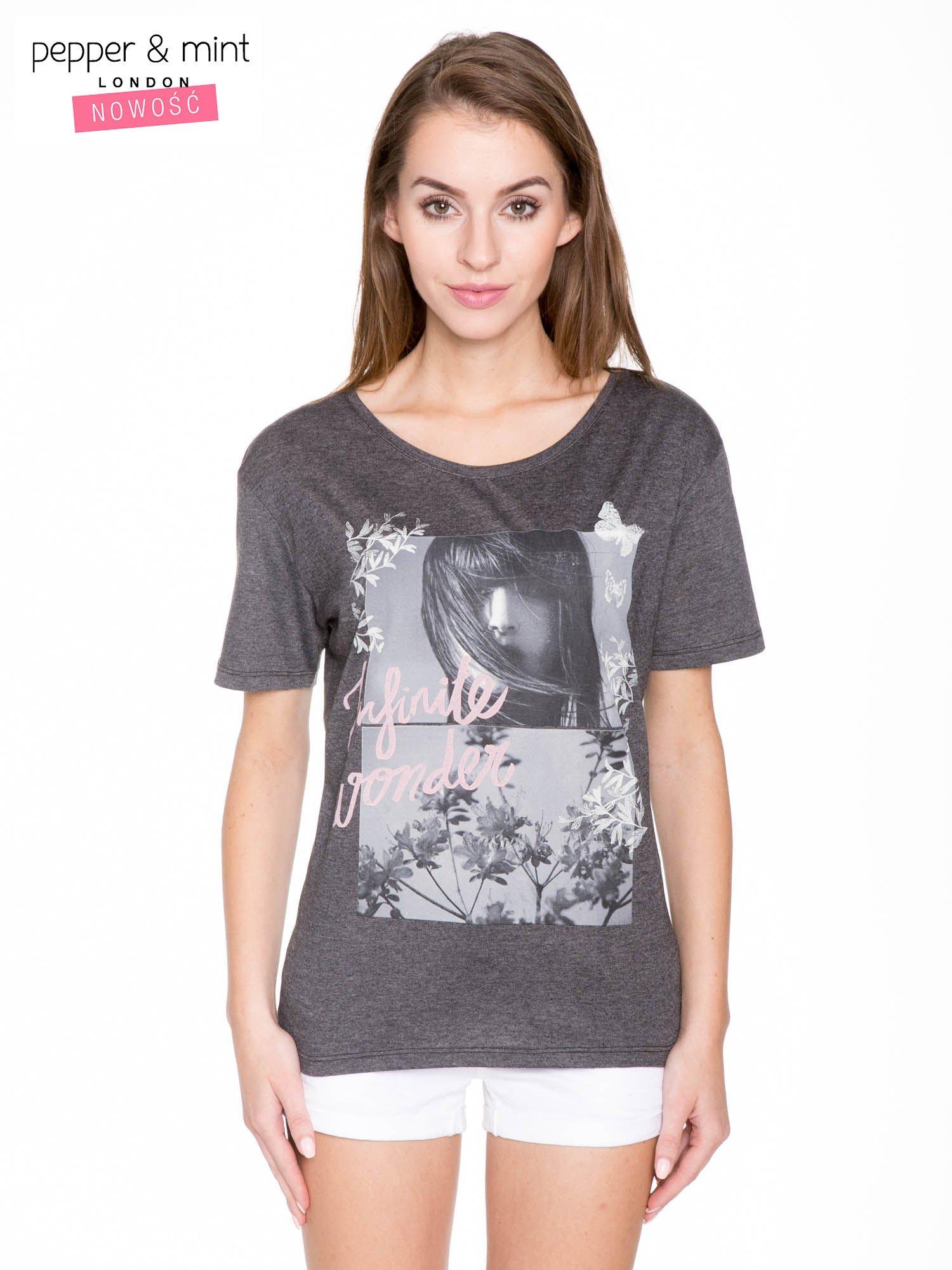 Szary t-shirt z romantycznym nadrukiem dziewczyny                                  zdj.                                  1