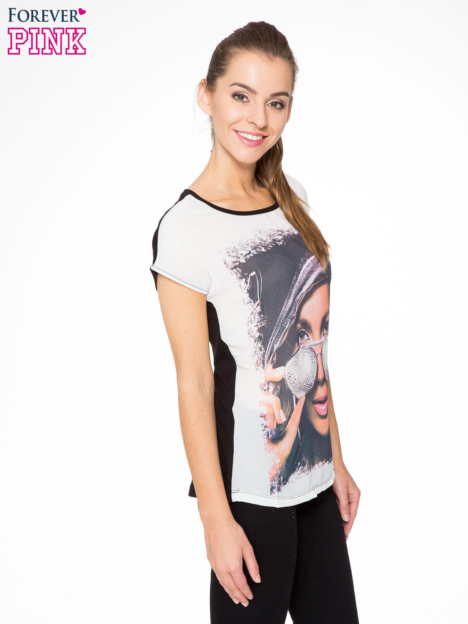 T-shirt z nadrukiem w stylu glam i czarnym tyłem                                  zdj.                                  3