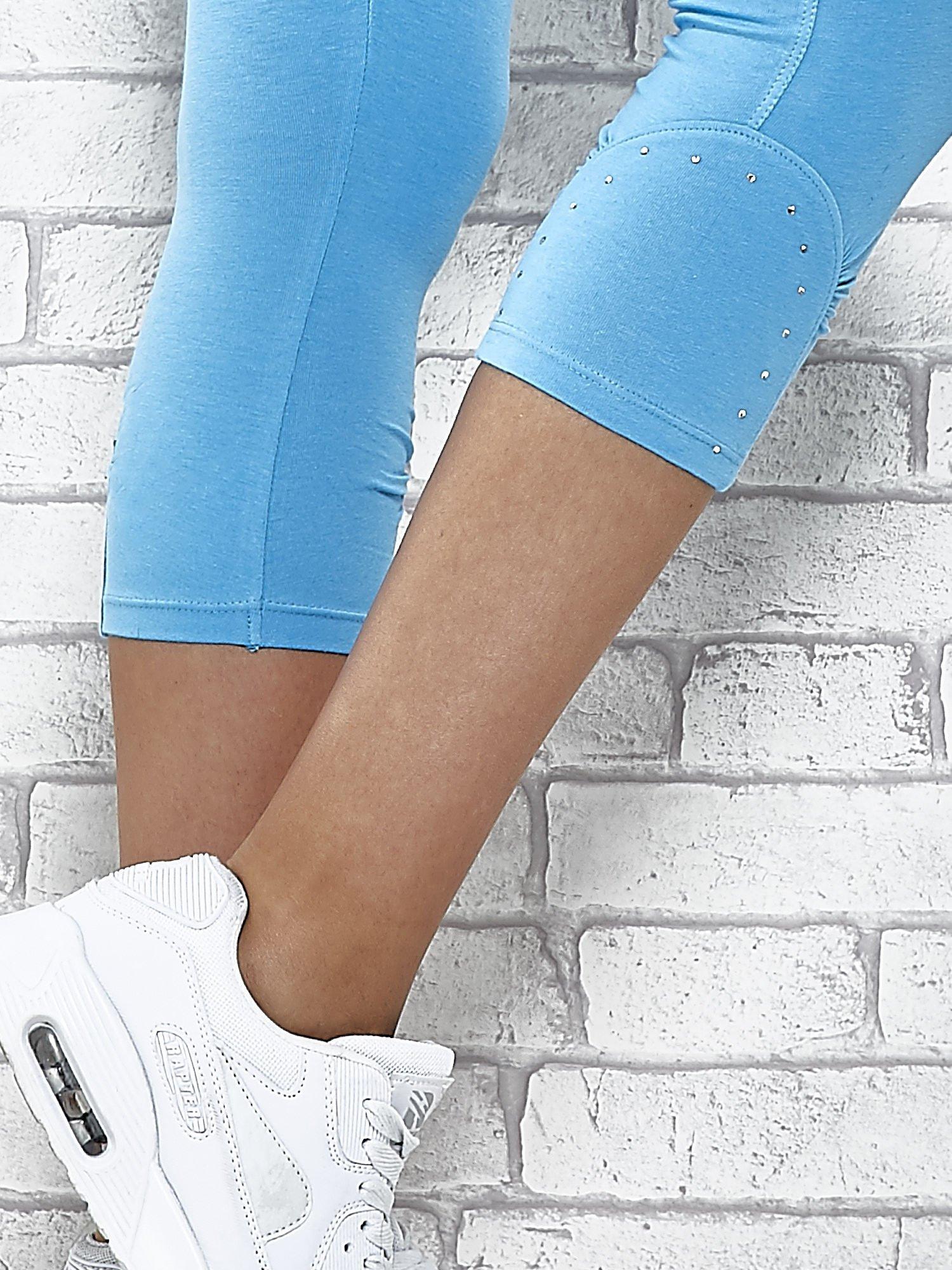 Turkusowe legginsy sportowe z dżetami i marszczoną nogawką za kolano                                  zdj.                                  7