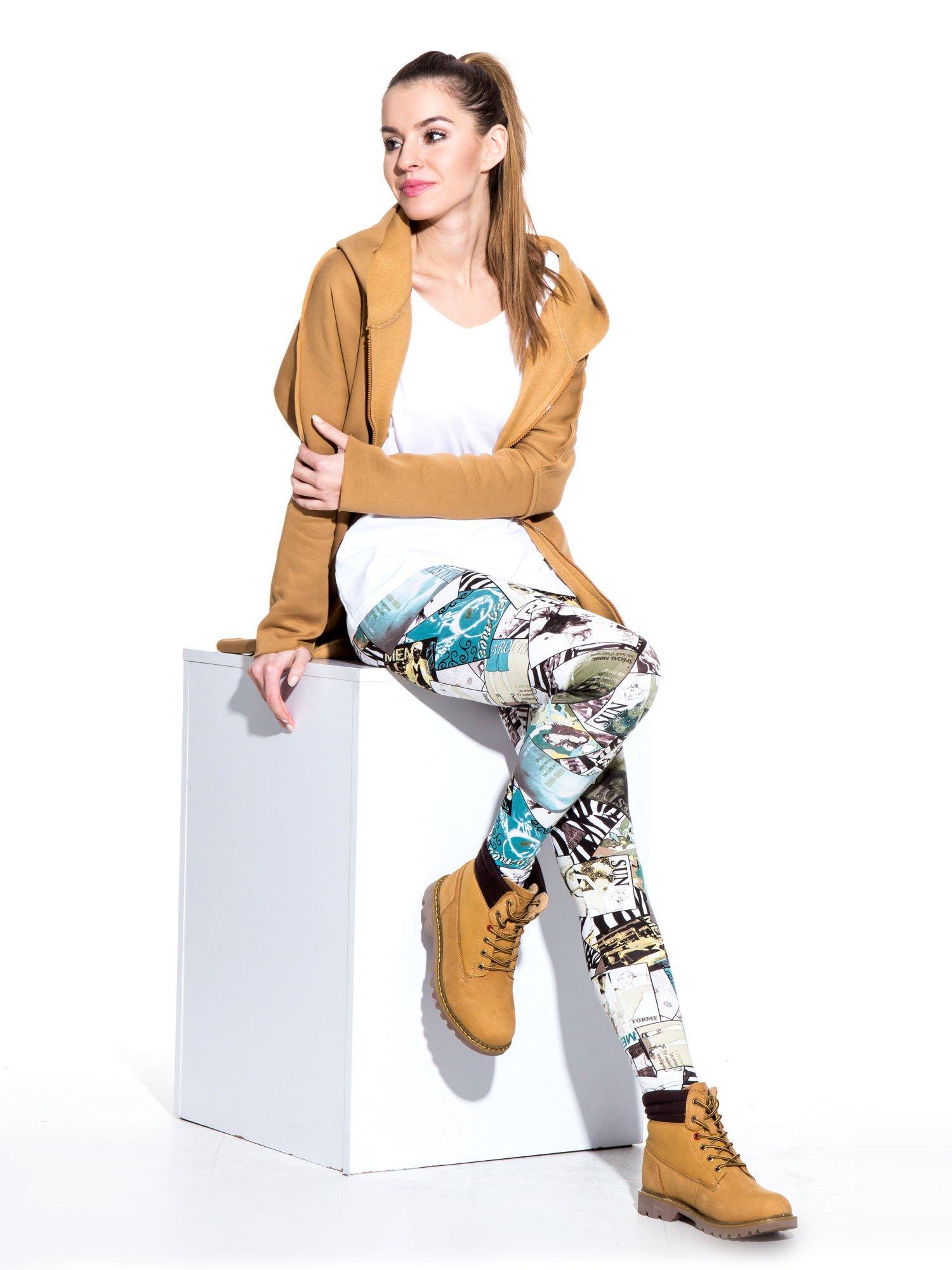 Turkusowe legginsy z nadrukiem magazines print                                  zdj.                                  8