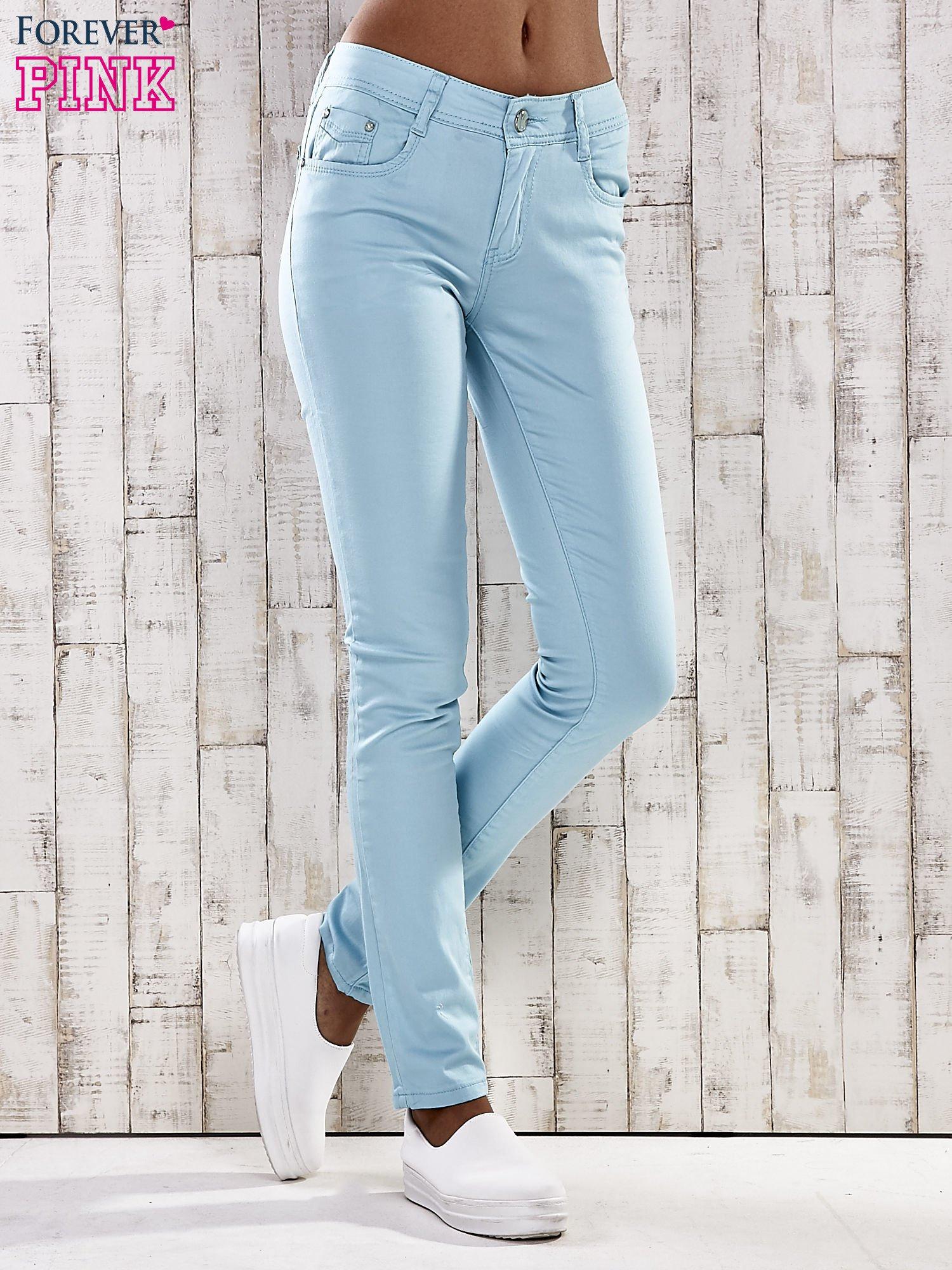 Turkusowe spodnie skinny jeans z dżetami                                  zdj.                                  1